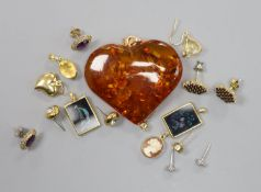 Minor jewellery including heart shaped amber pendant, five pair of earrings including one 9ct