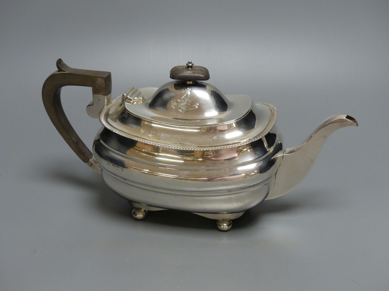 An Edwardian silver teapot, Z. Barraclough & Sons, Sheffield, 1908, gross 23.5oz.