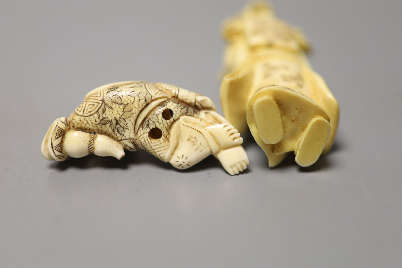 A Japanese ivory figure of a bijin and an ivory netsuke of Hotei, early 20th century, okimono 8cm - Image 3 of 3