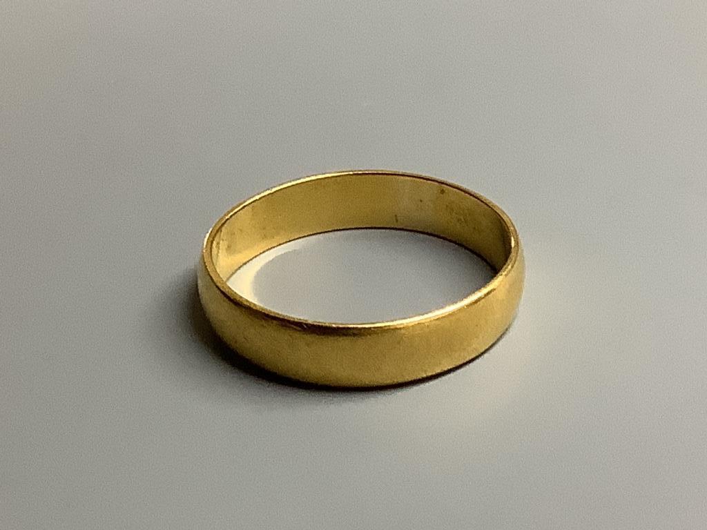 A 22ct gold wedding band,4 grams.