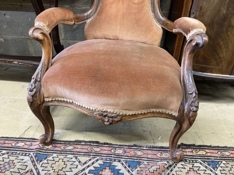 A Victorian walnut spoonback open armchair - Image 3 of 4