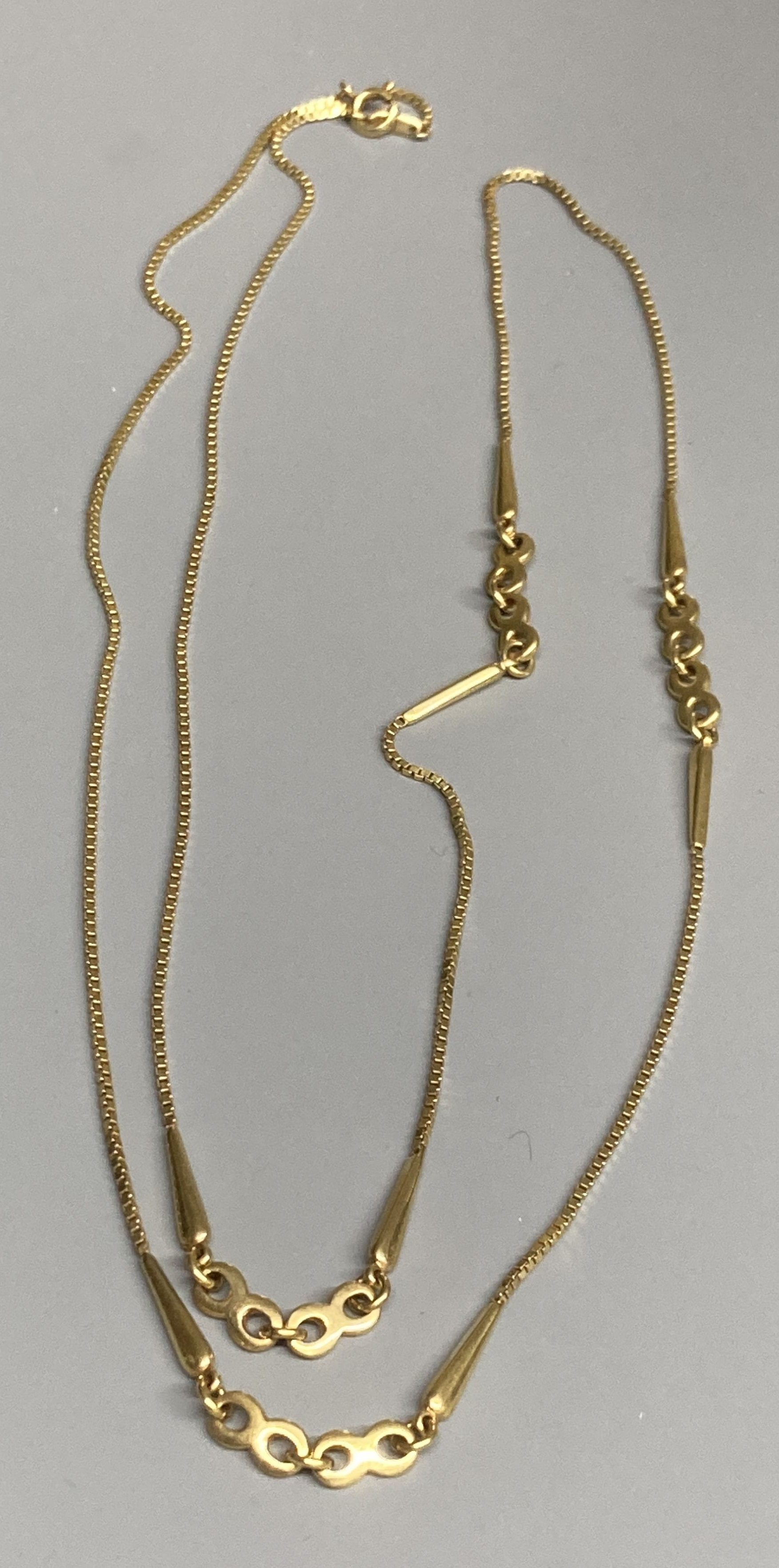 A modern 9ct gold fine link chain with intermittent circular and teardrop shaped links, 78cm,12.1