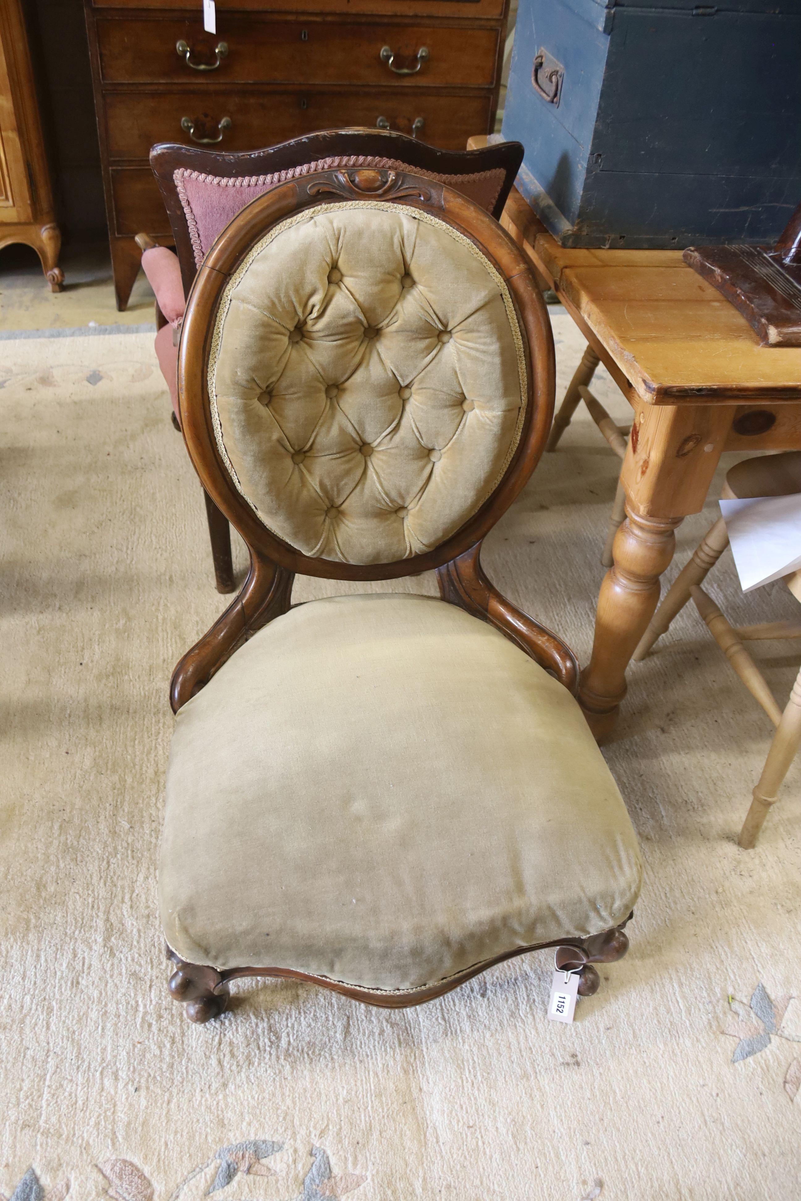 A Victorian walnut spoonback nursing chair - Image 2 of 2