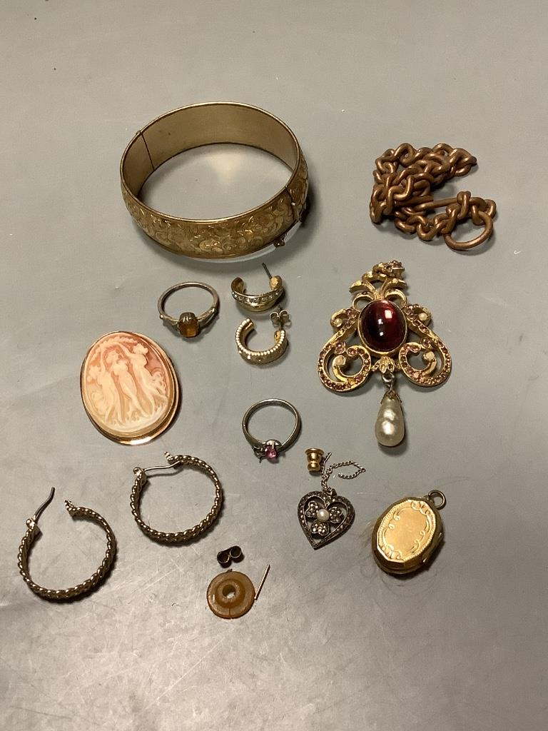 A modern Italian 9k mounted oval cameo shell brooch and assorted costume jewellery.