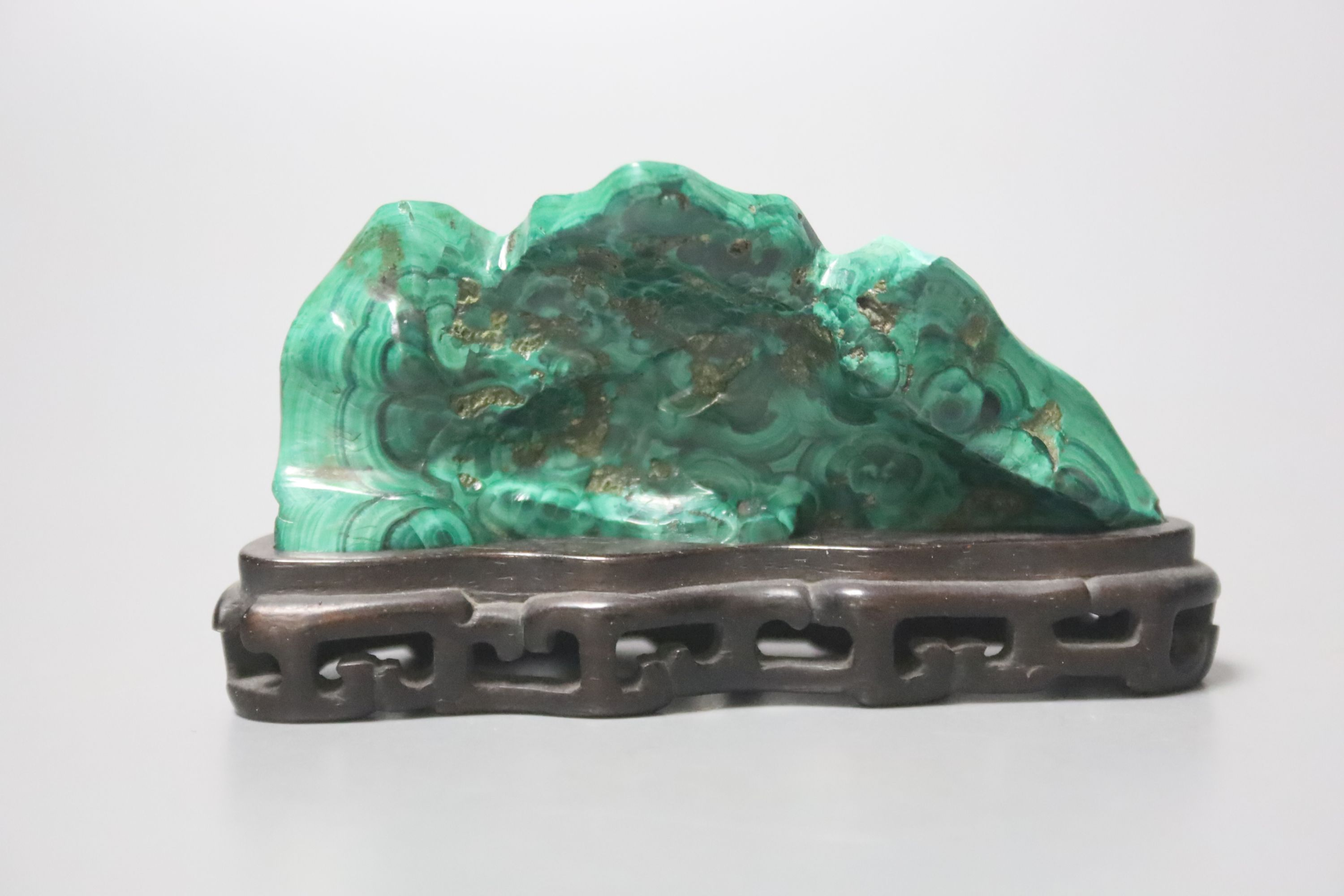A Chinese malachite brush rest, Qing dynasty, 9.5cm wide