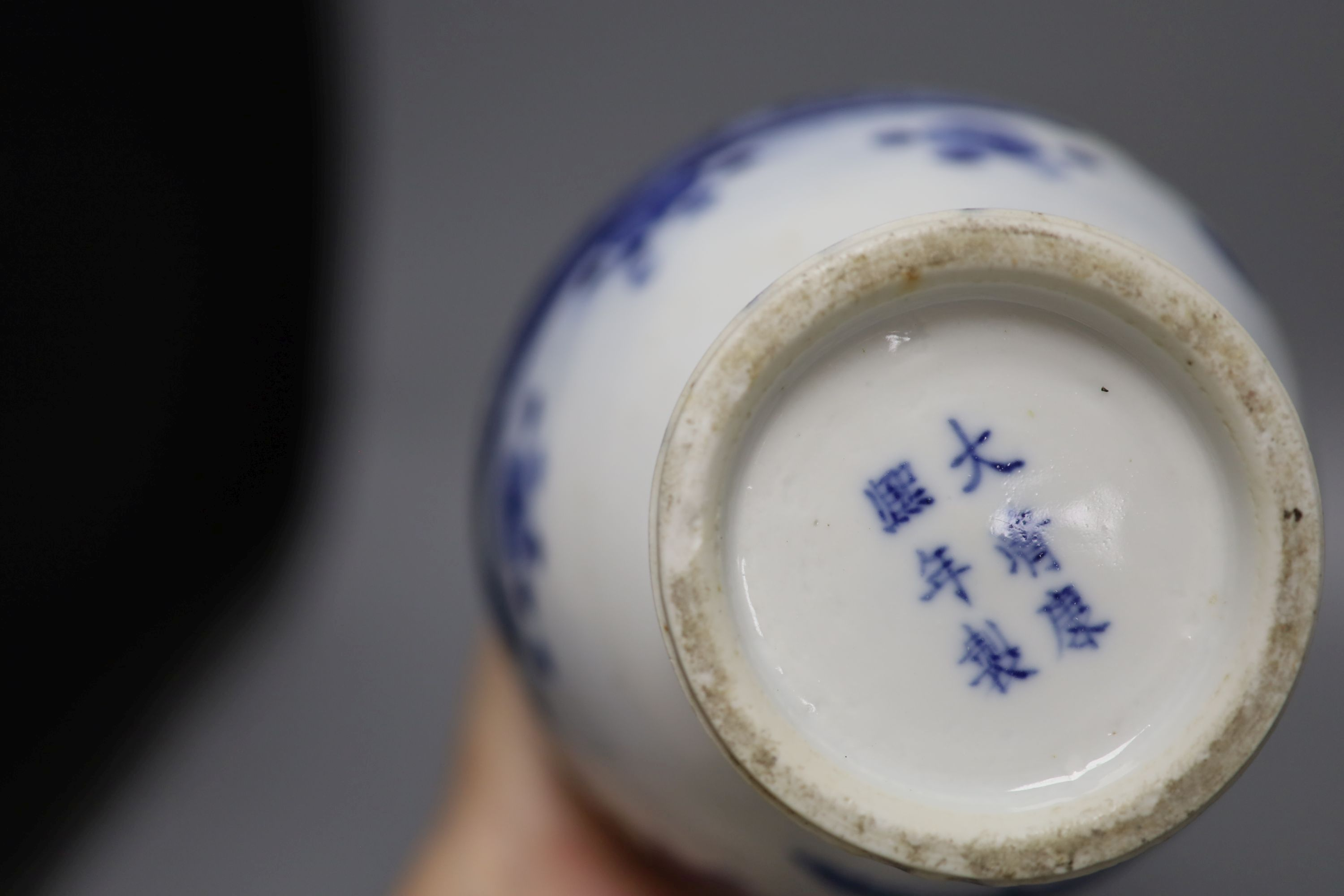 A pair of 19th century Chinese blue and white vases (a.f.), 23cm high - Image 5 of 6