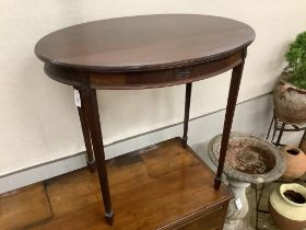 An Edwardian oval mahogany occasional table, width 77cm, depth 54cm, height 71cm