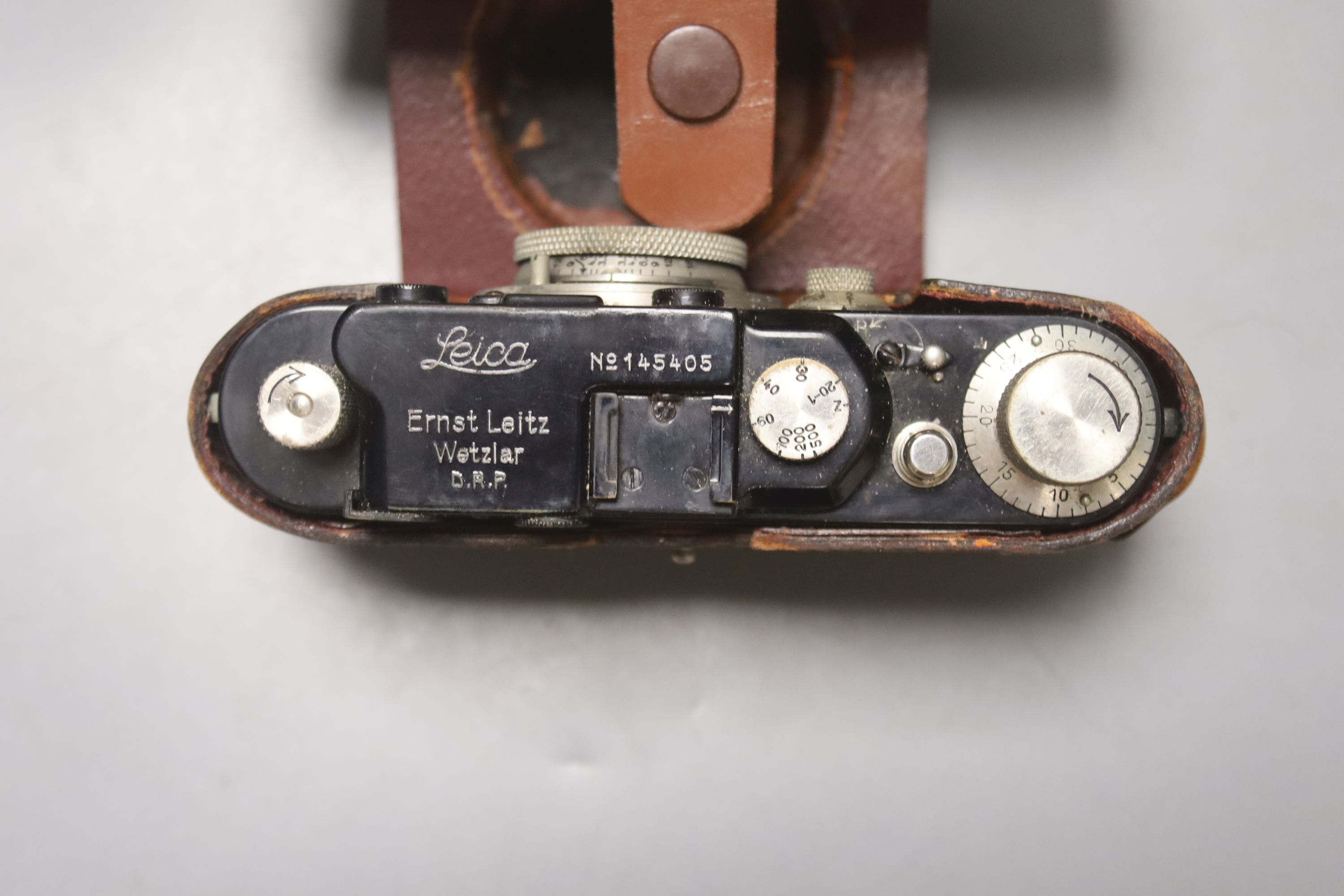 A Leica standard camera, number 145405 (1934), with leather case and a book - Image 3 of 7