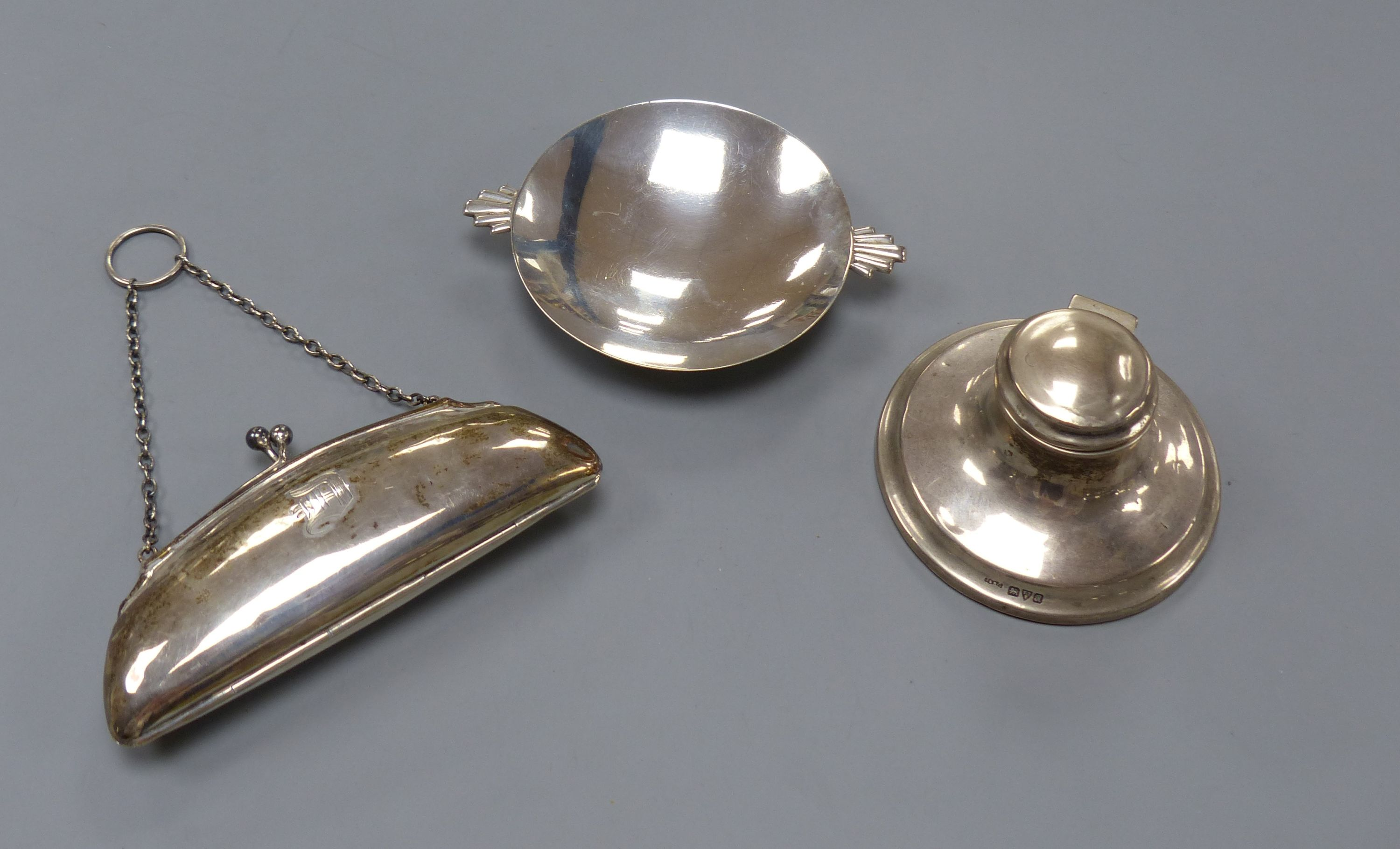 An Art Deco silver nut dish with fan shaped handles, Birmingham, 1934, 11.5cm, a silver purse and a