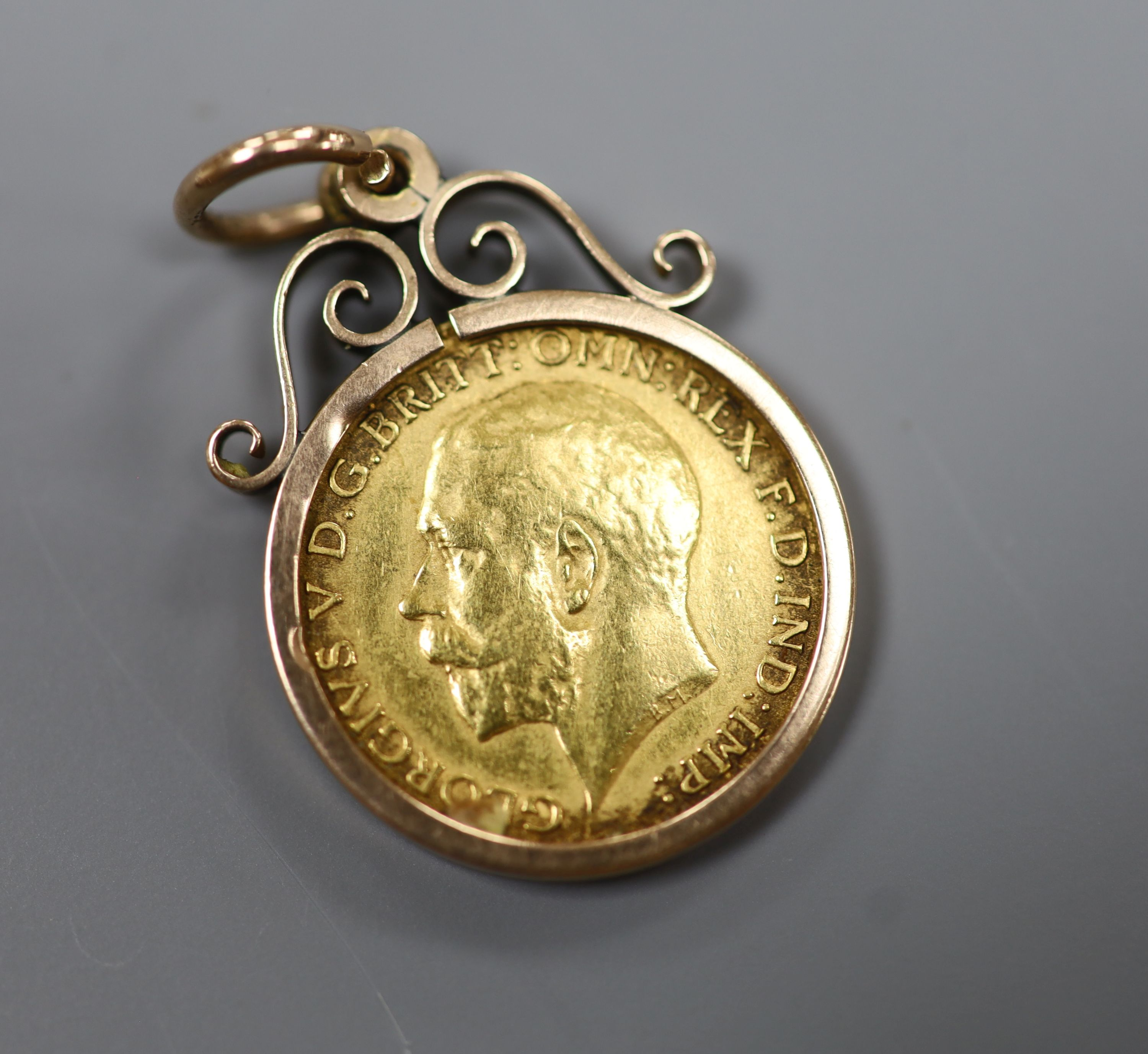 A 1914 gold half sovereign in a yellow metal pendant mount,gross 5.4 grams. - Image 3 of 3