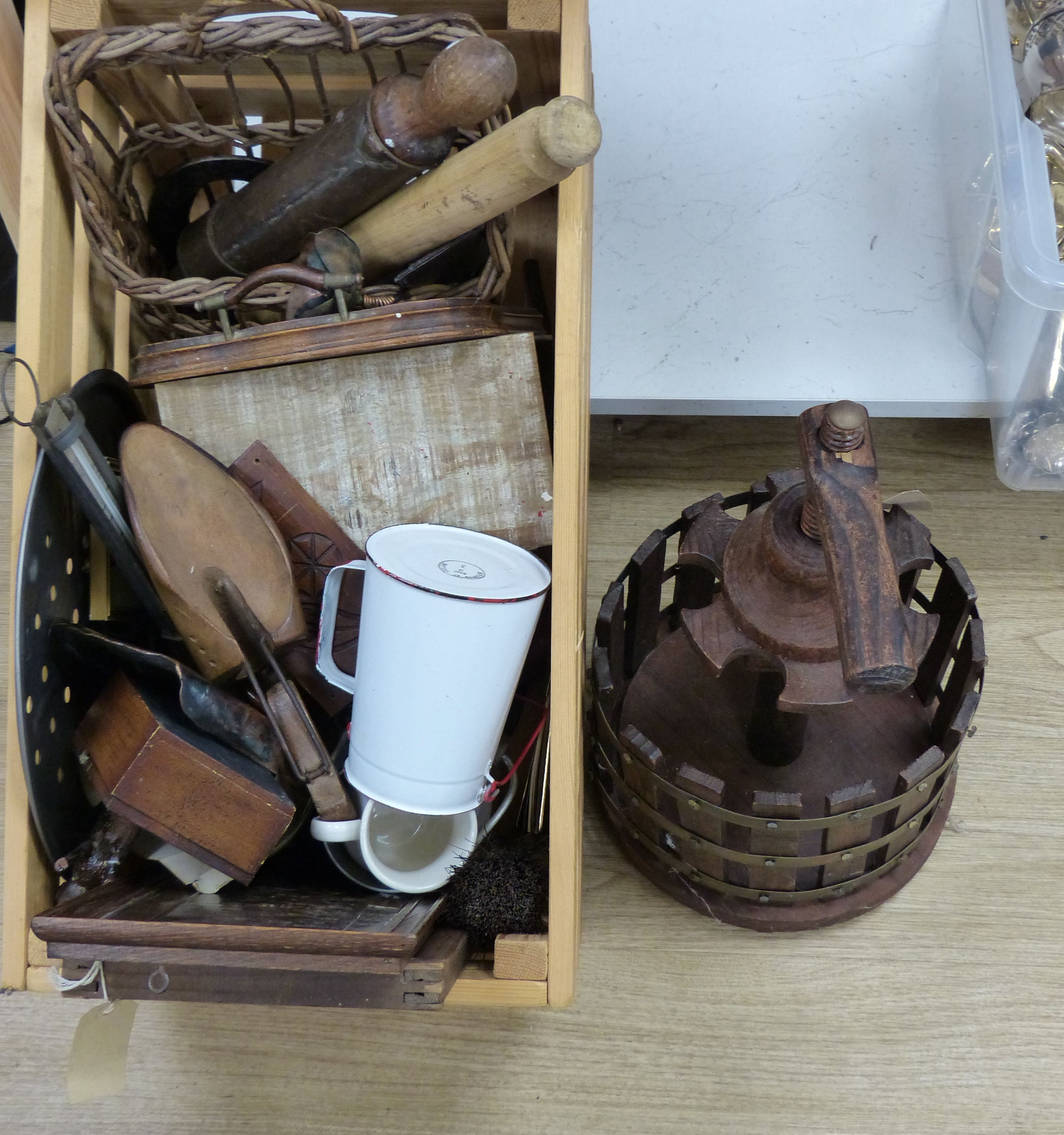 A quantity of mixed kitchenalia and other collectables