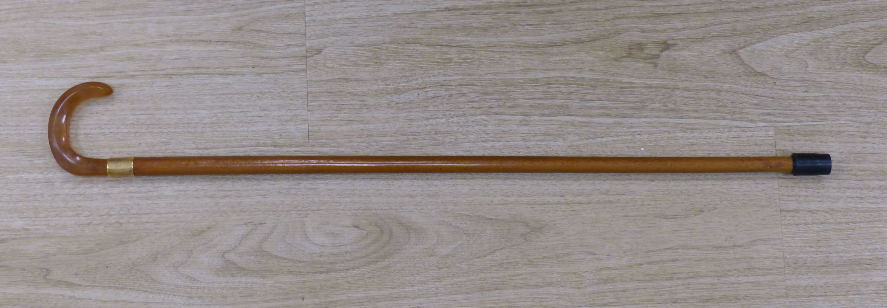 Art Art Deco walking stick with amber-coloured Bakelite handle and 18ct gold band, length 81cm