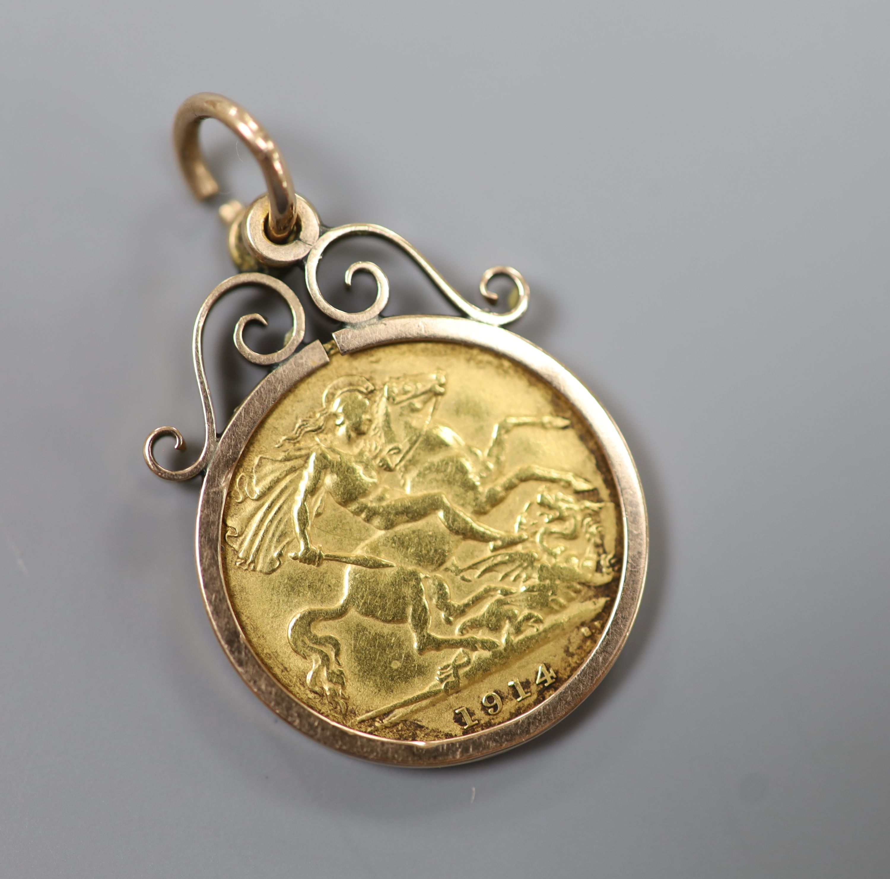 A 1914 gold half sovereign in a yellow metal pendant mount,gross 5.4 grams.