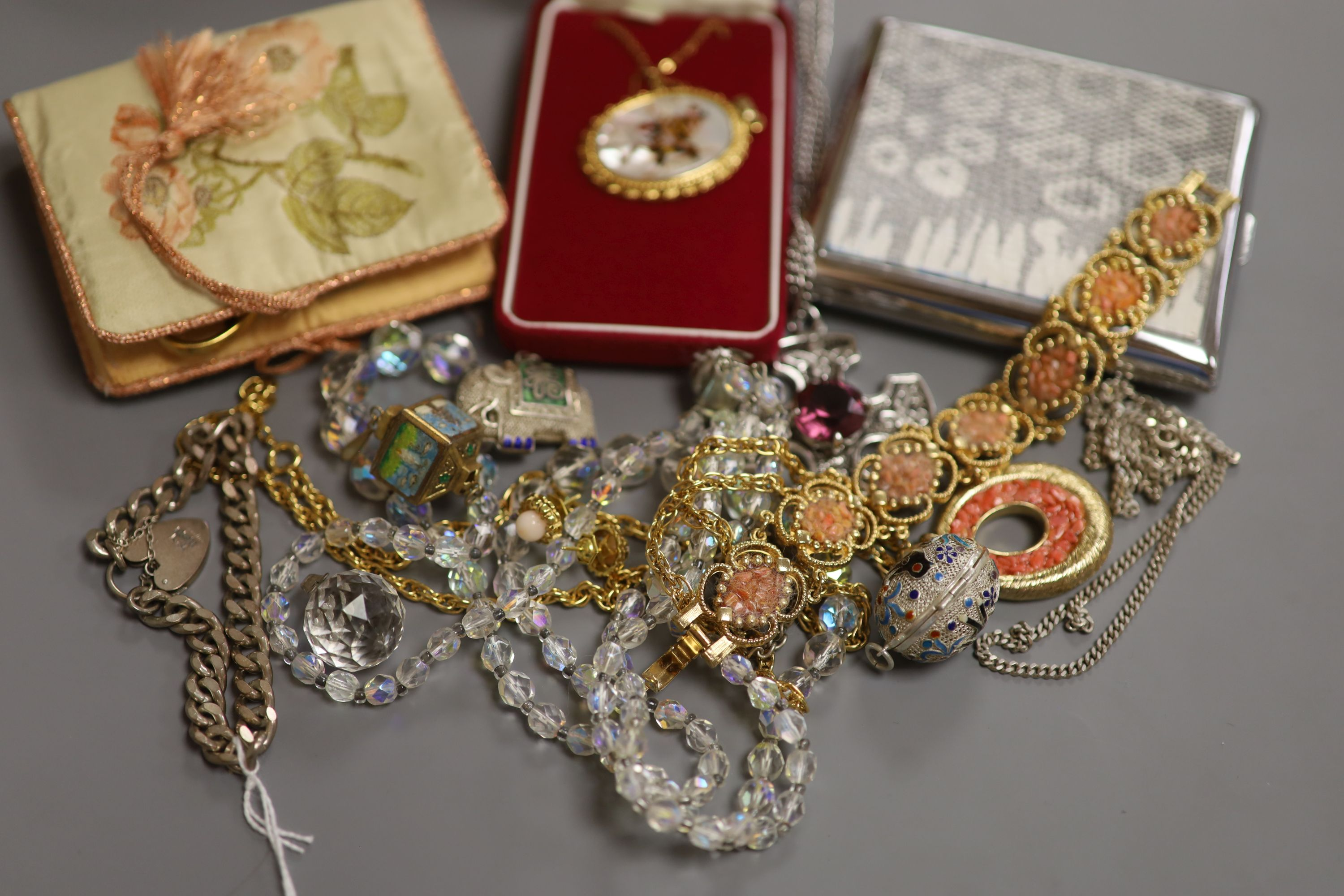 Mixed jewellery including silver bracelet, costume jewellery and a cigarette case. - Image 3 of 3