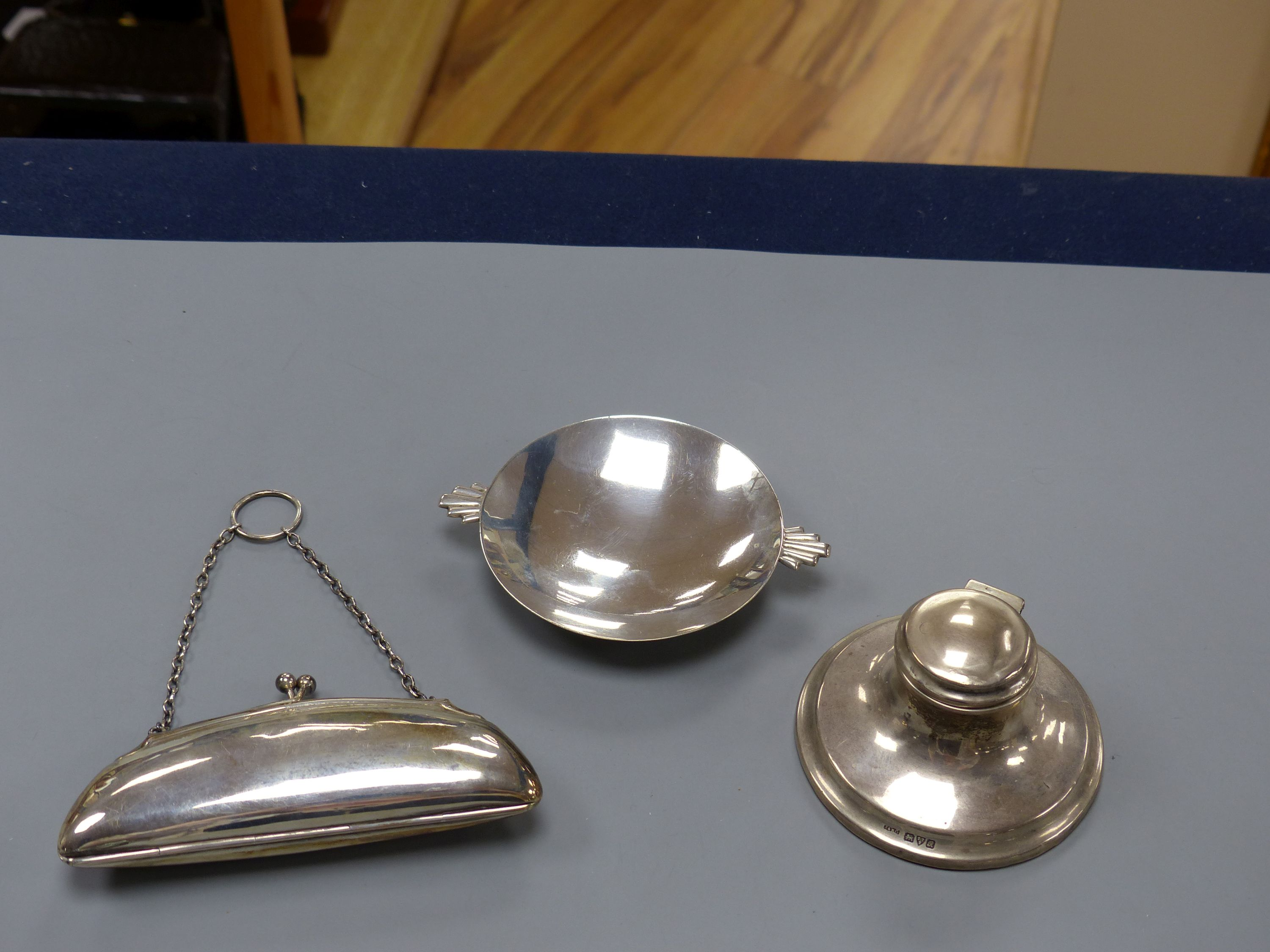 An Art Deco silver nut dish with fan shaped handles, Birmingham, 1934, 11.5cm, a silver purse and a - Image 2 of 3