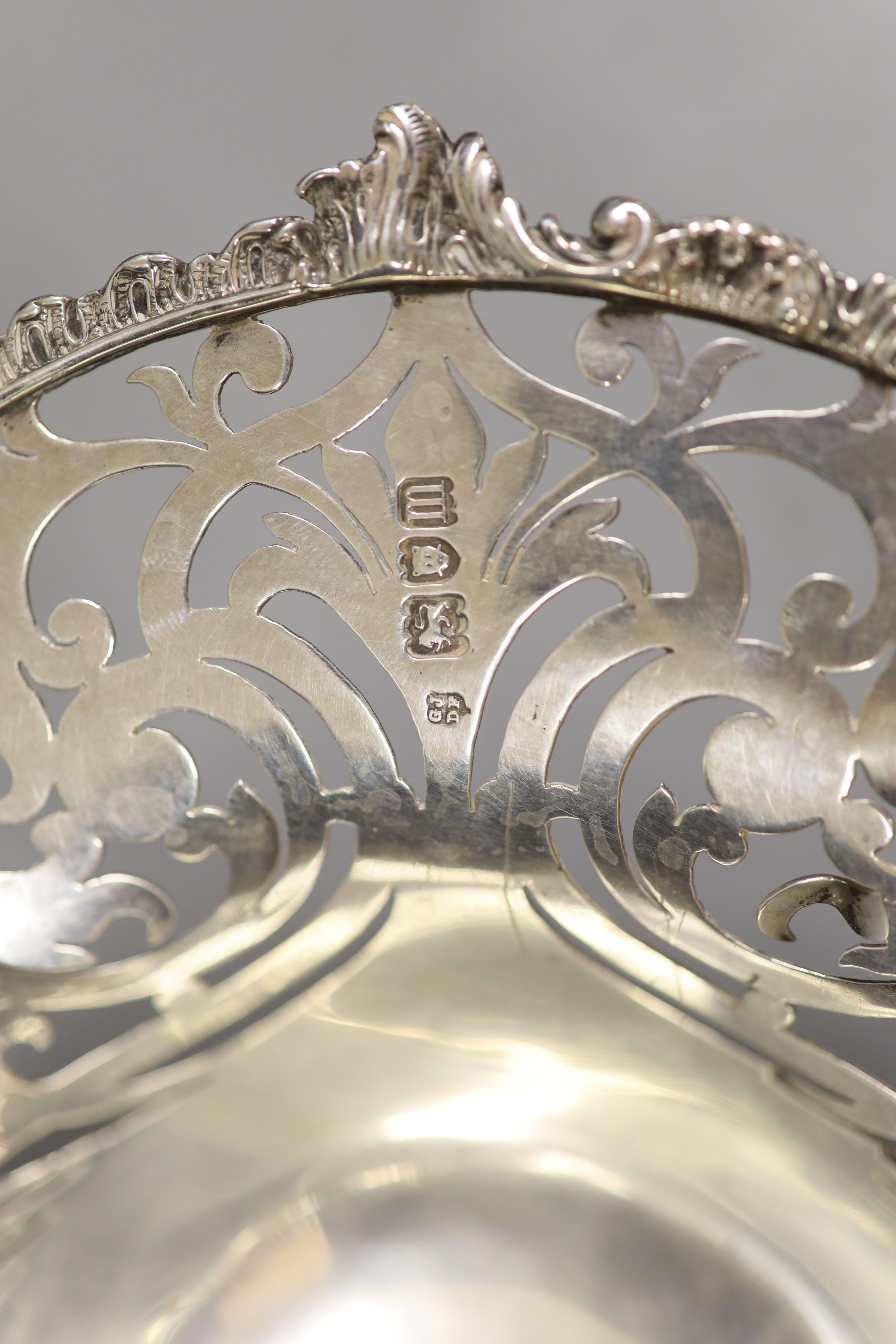 An Edwardian pierced silver oval cake basket, by Josiah Williams & Co, London, 1907, 35.2cm,25.5oz. - Image 4 of 4