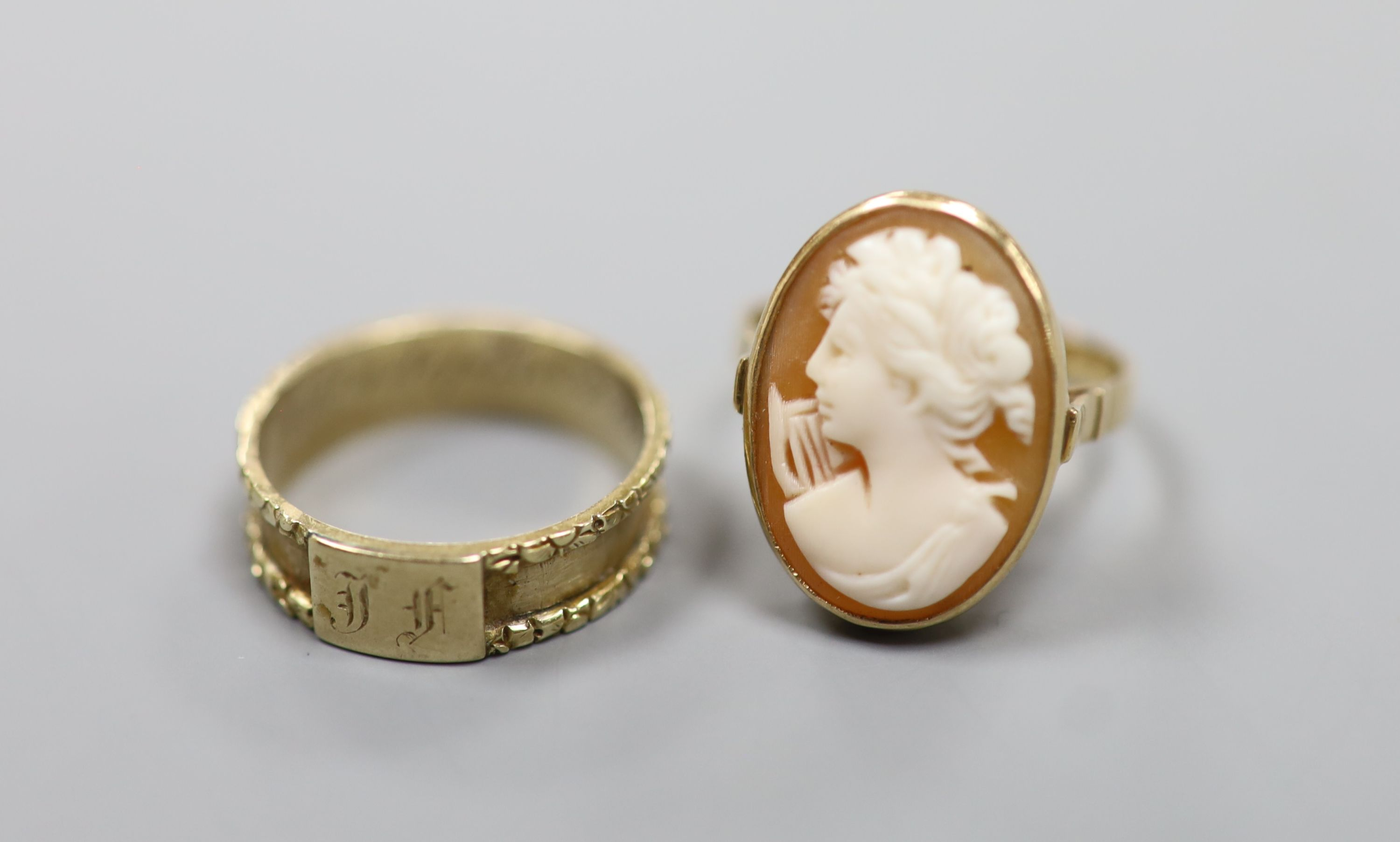 A William IV yellow metal mourning ring (lacking black enamel), with engraved initial and