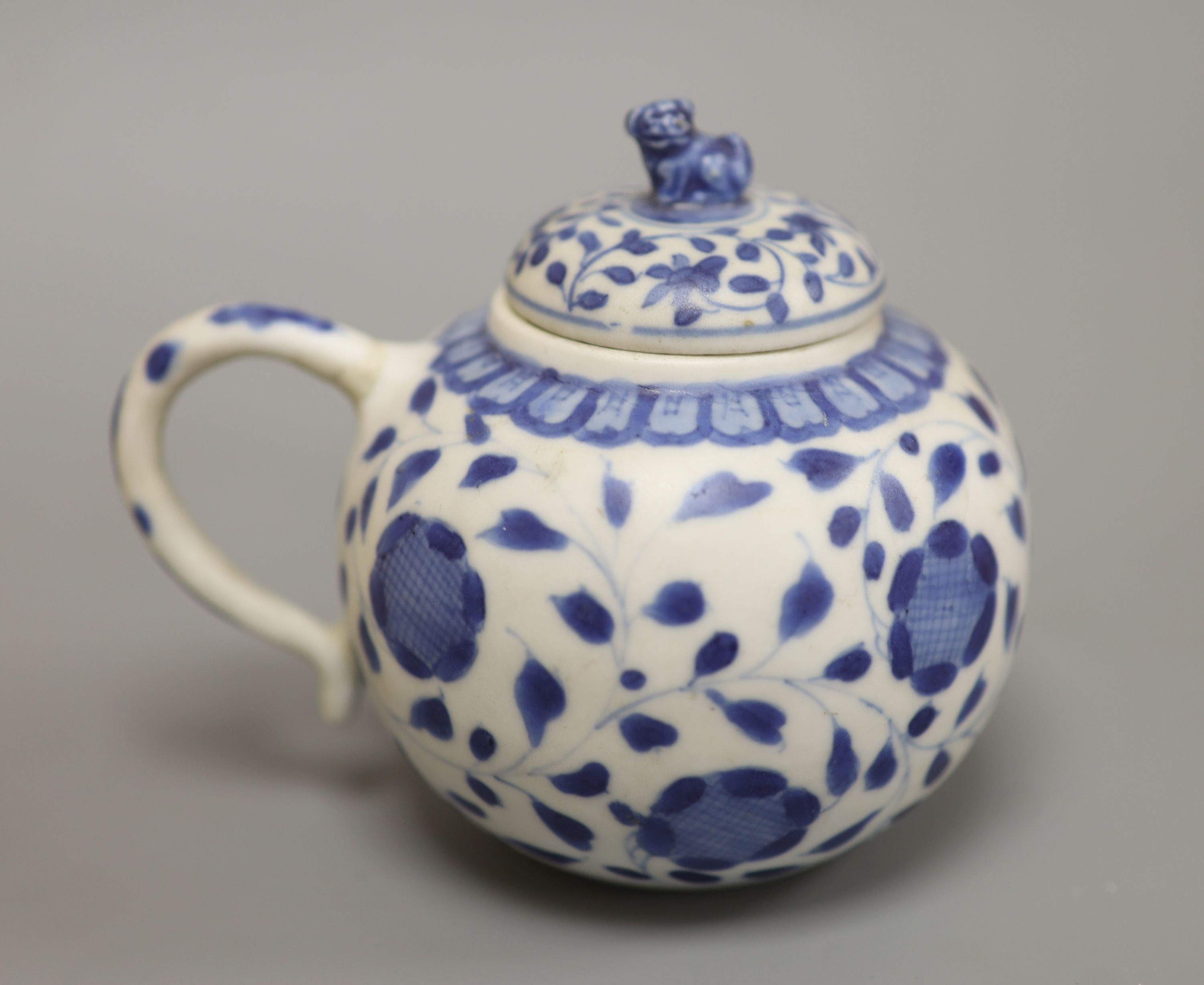 A Chinese Vungtao cargo blue and white mustard pot and cover, height 9cm