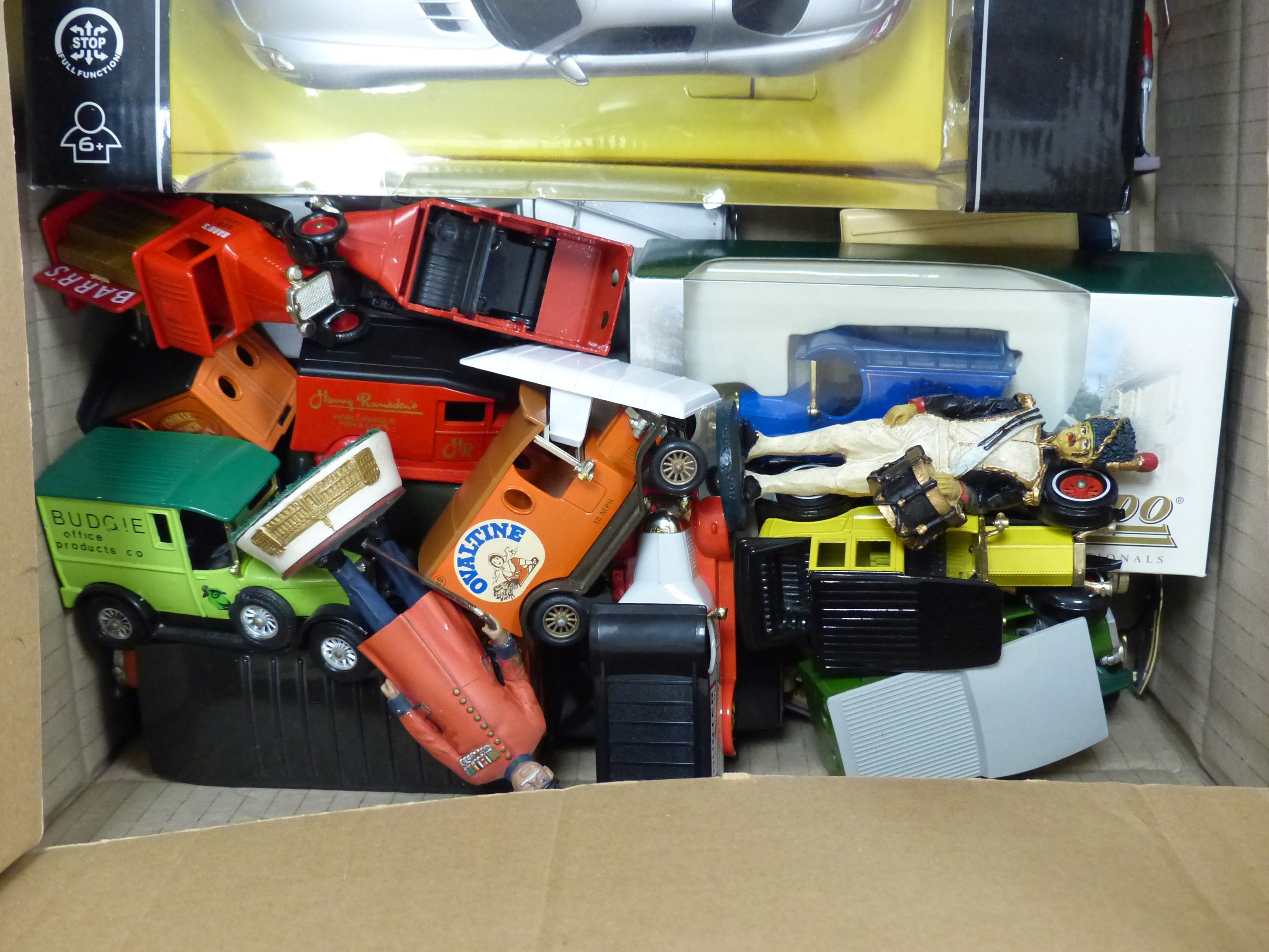 A collection of Matchbox, Dinky and other model cars and other toys - Image 6 of 6