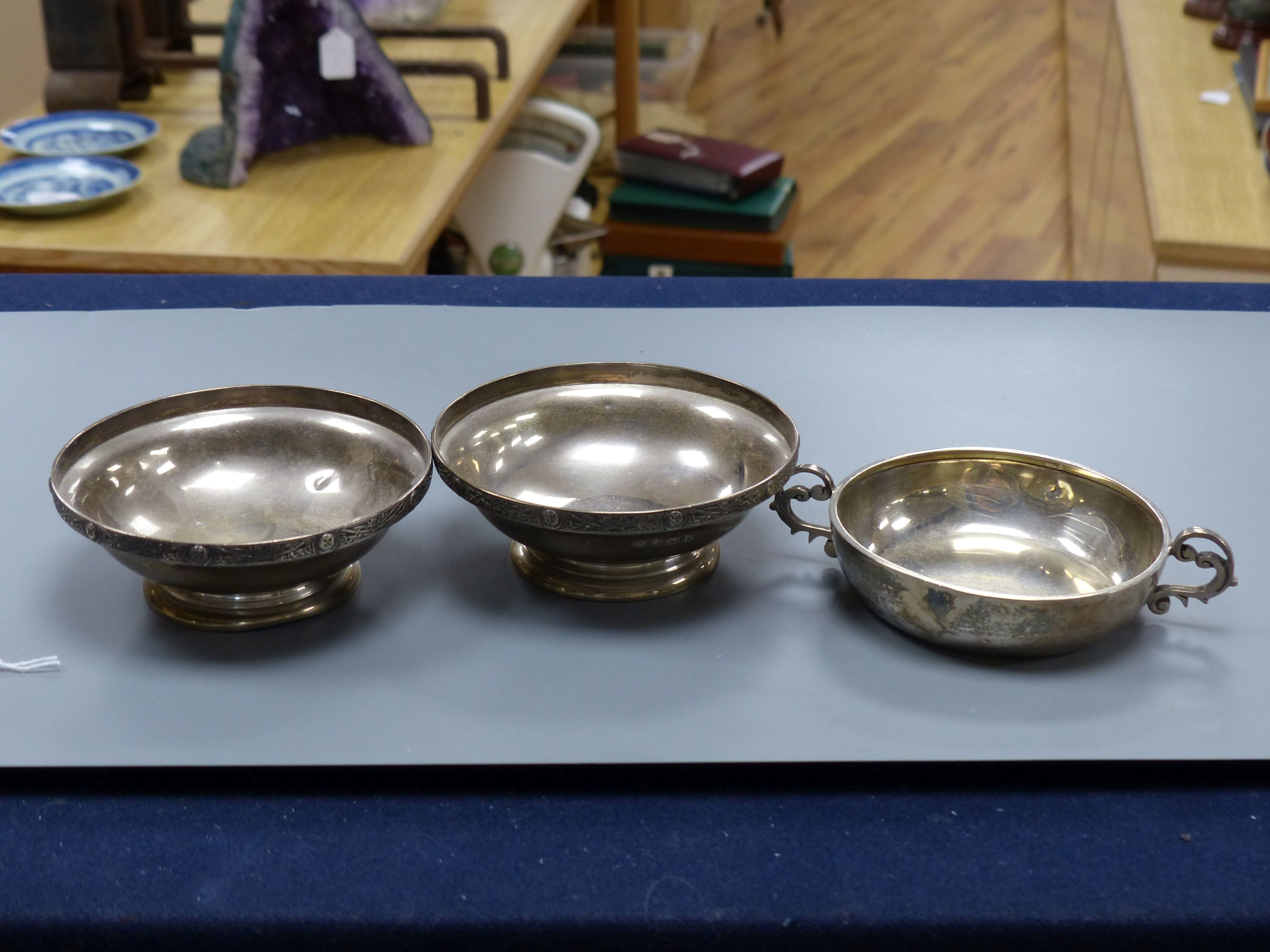 A pair of George VI silver pedestal nut dishes, Birmingham, 1939, 10.8cm and a similar two handled - Image 2 of 4
