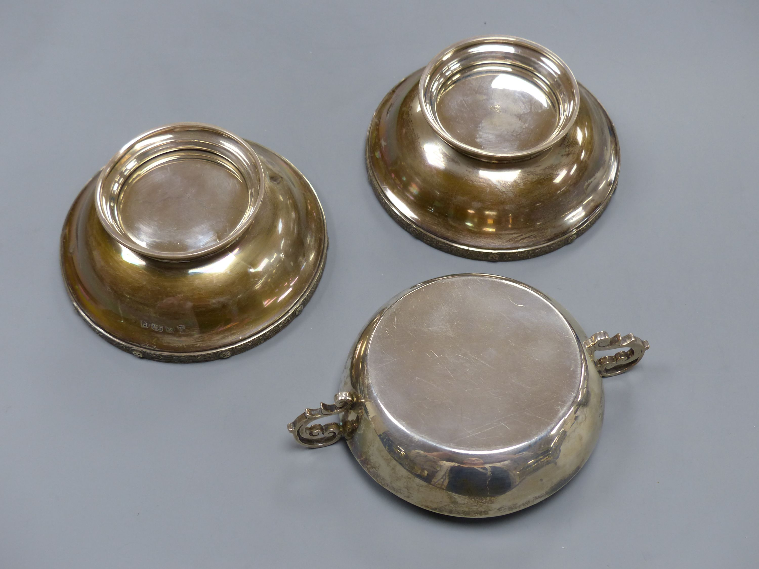 A pair of George VI silver pedestal nut dishes, Birmingham, 1939, 10.8cm and a similar two handled - Image 4 of 4