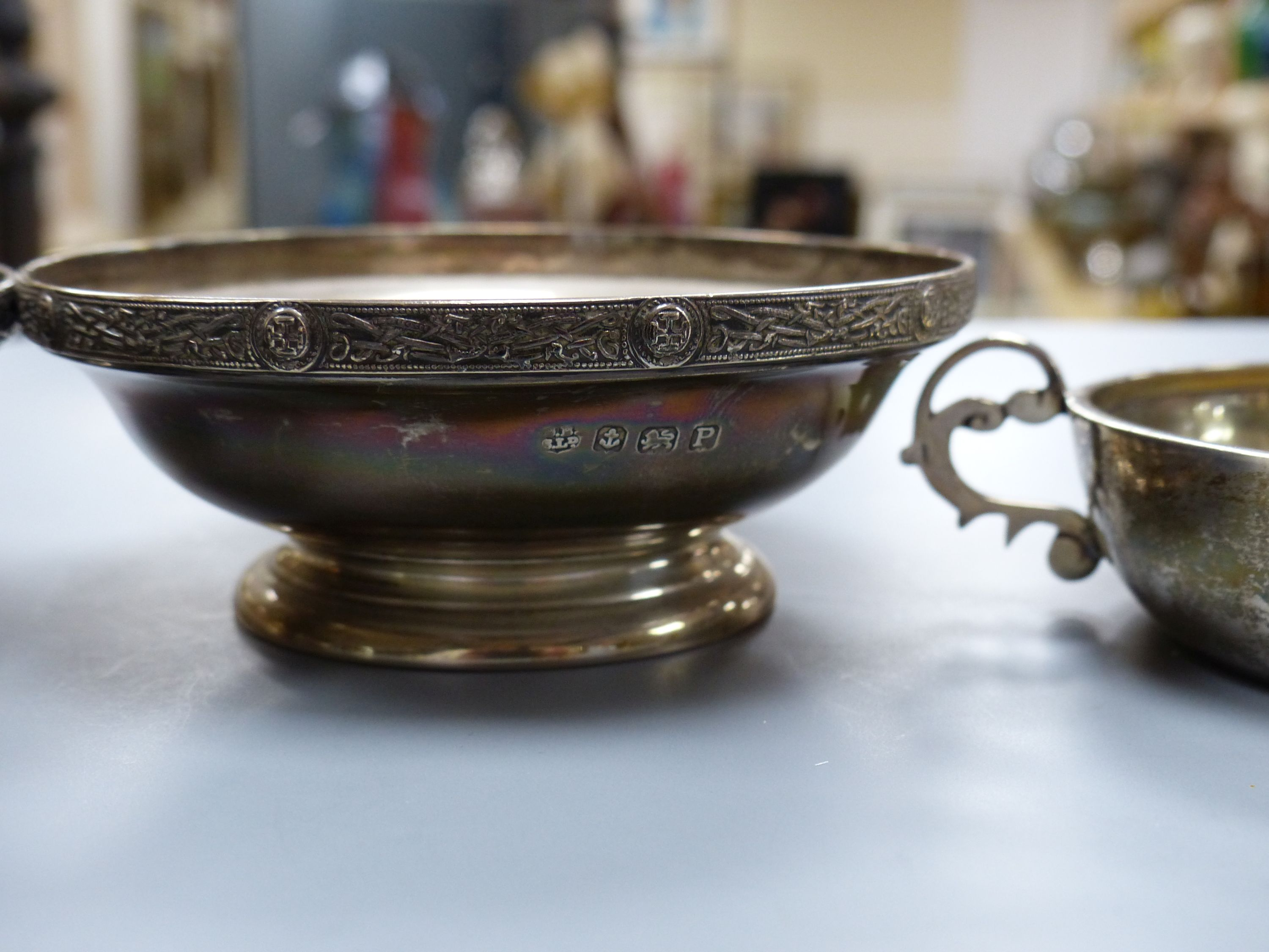 A pair of George VI silver pedestal nut dishes, Birmingham, 1939, 10.8cm and a similar two handled - Image 3 of 4