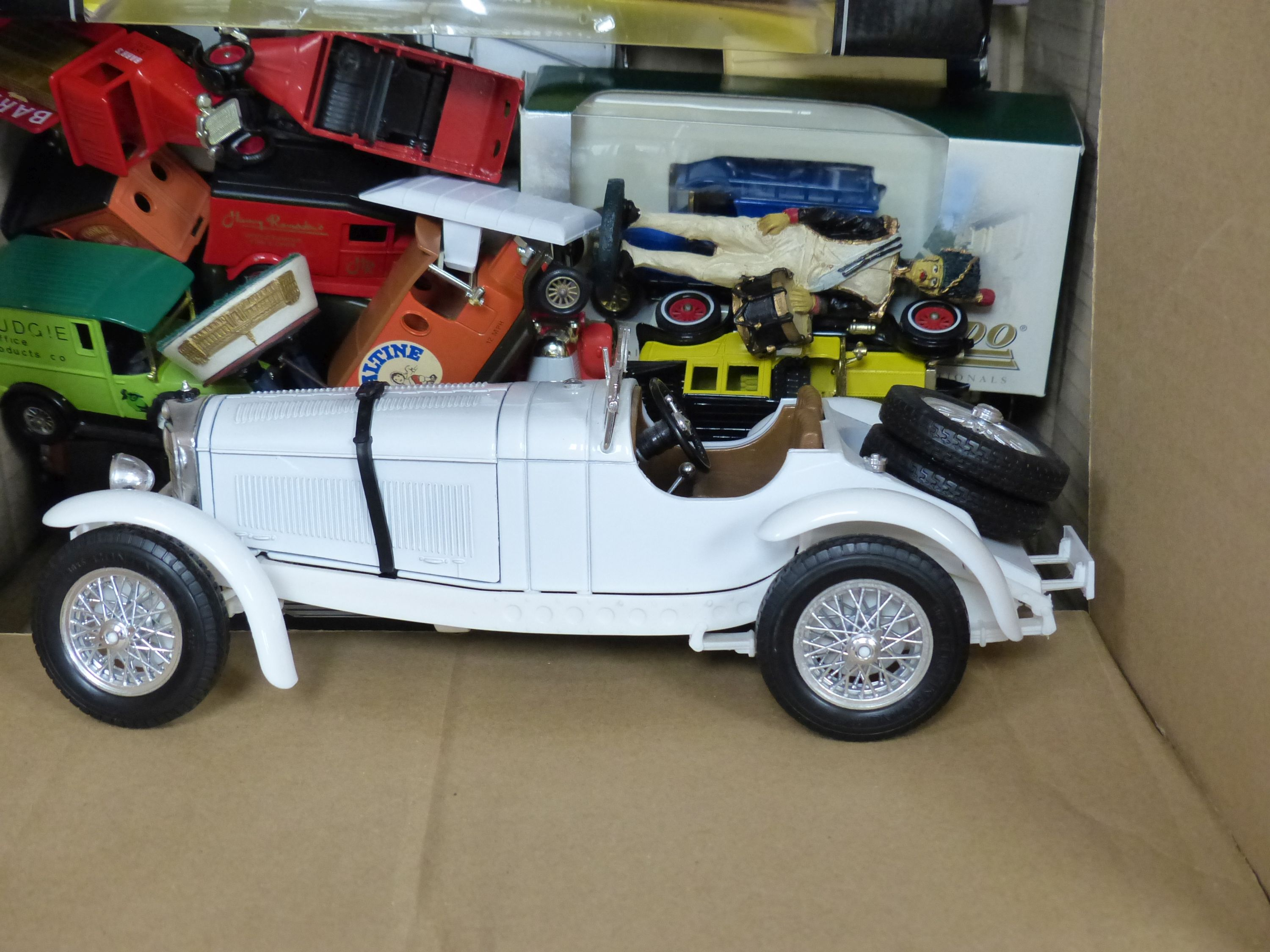 A collection of Matchbox, Dinky and other model cars and other toys - Image 4 of 6