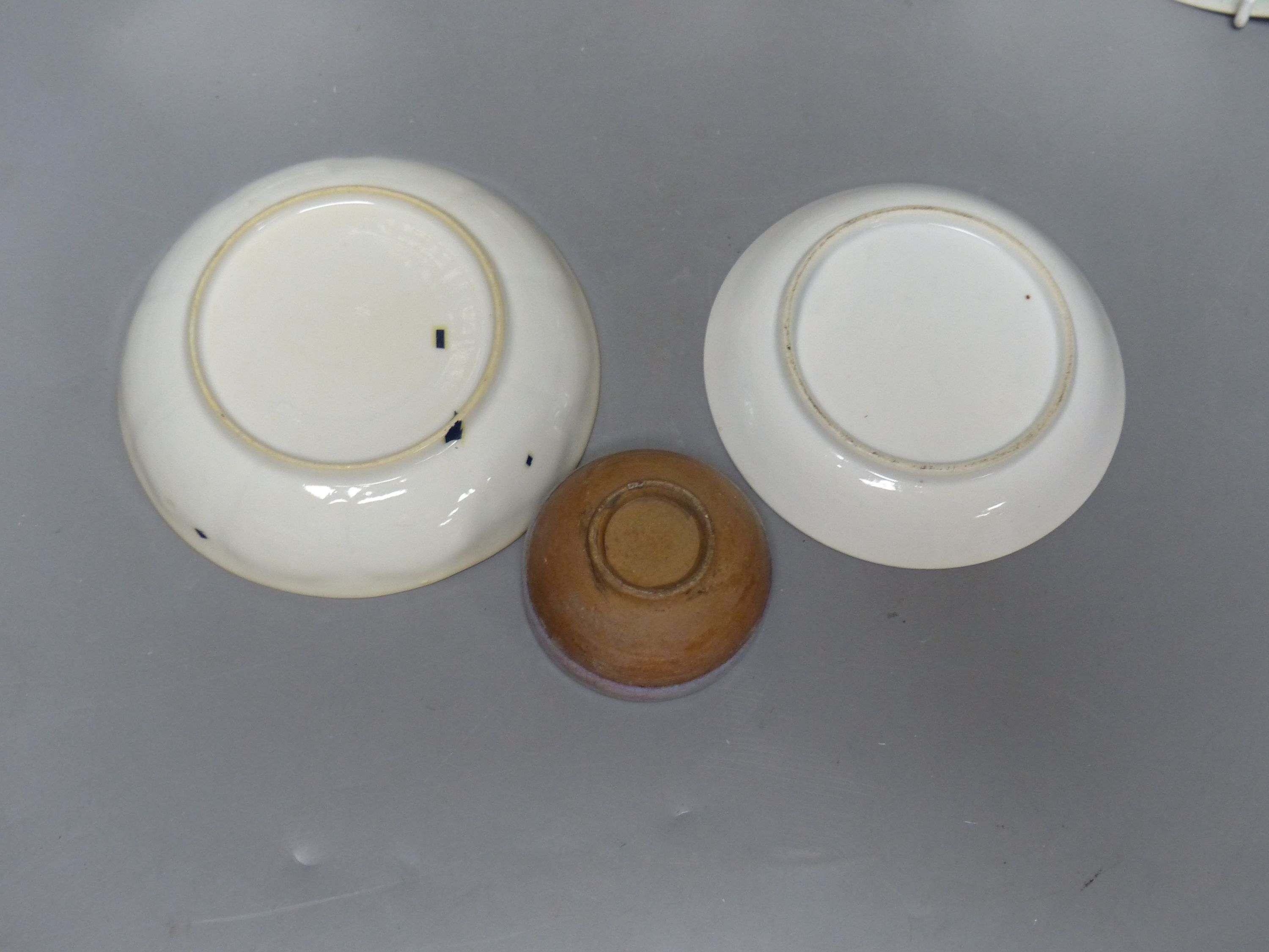 Chinese Imari pattern dishes, two others, a teapot, height 15cm, and a pottery bowl - Bild 2 aus 5