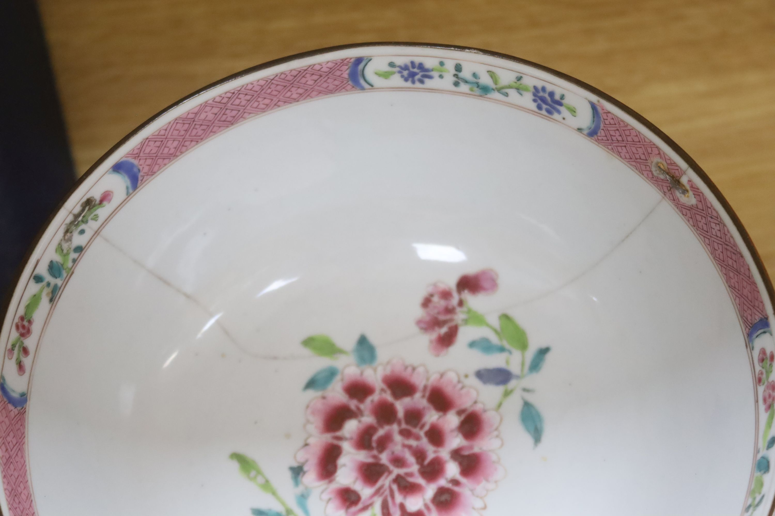 A collection of Chinese and Japanese ceramics,including a famille rose Export bowl on hardwood - Bild 10 aus 11