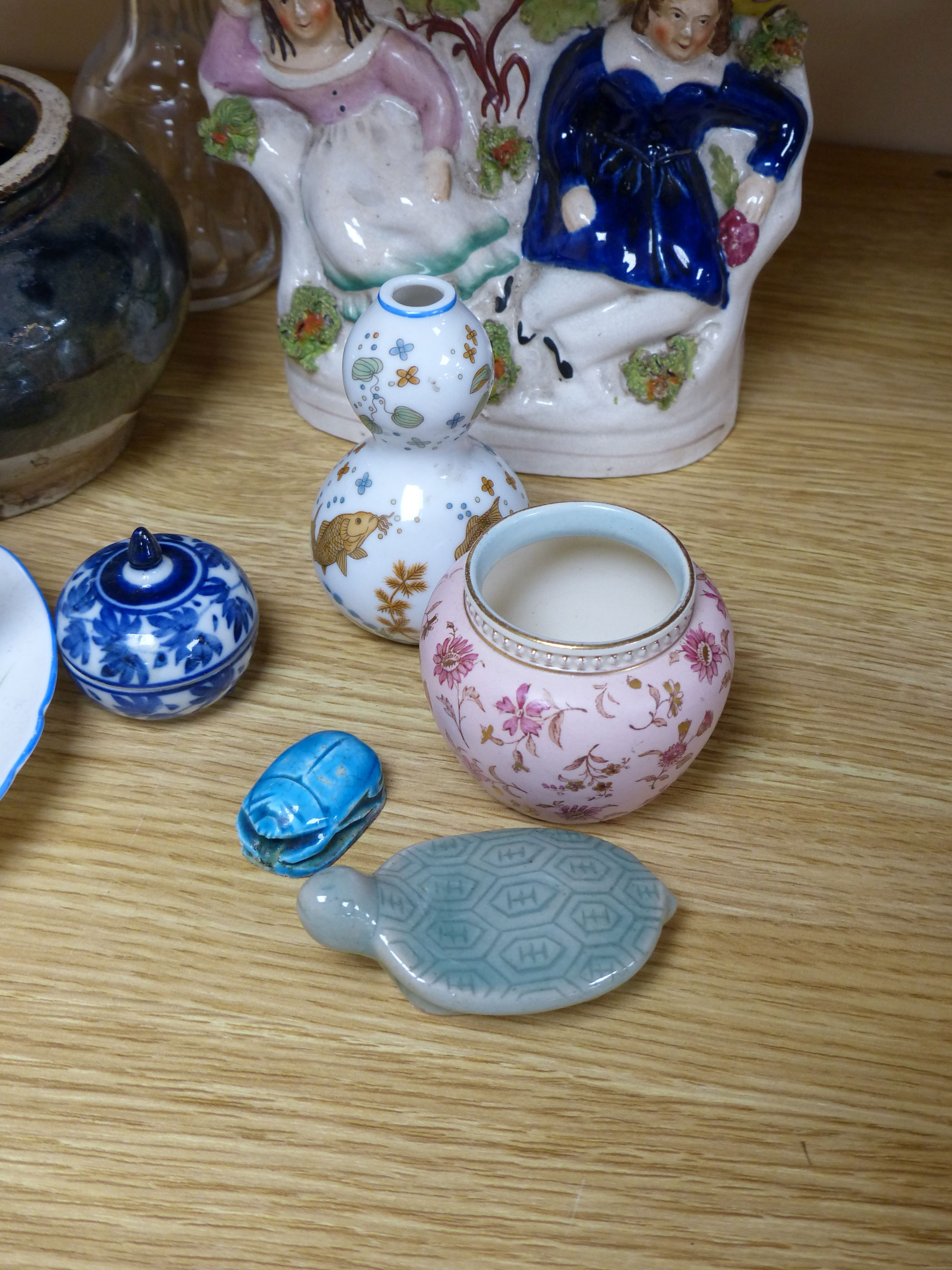 A group of ceramics including a Shelley cup and saucer, a Staffordshire flatback, a Wedgwood - Bild 3 aus 5