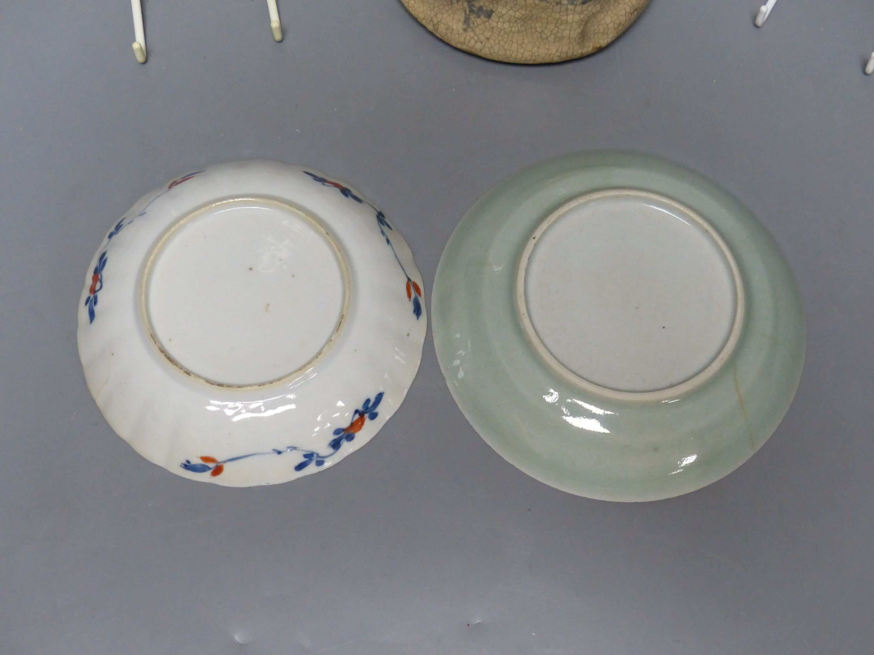 Chinese Imari pattern dishes, two others, a teapot, height 15cm, and a pottery bowl - Bild 4 aus 5