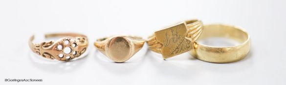 Four assorted modern 9ct gold rings including two signet rings, 11 grams (one cut).