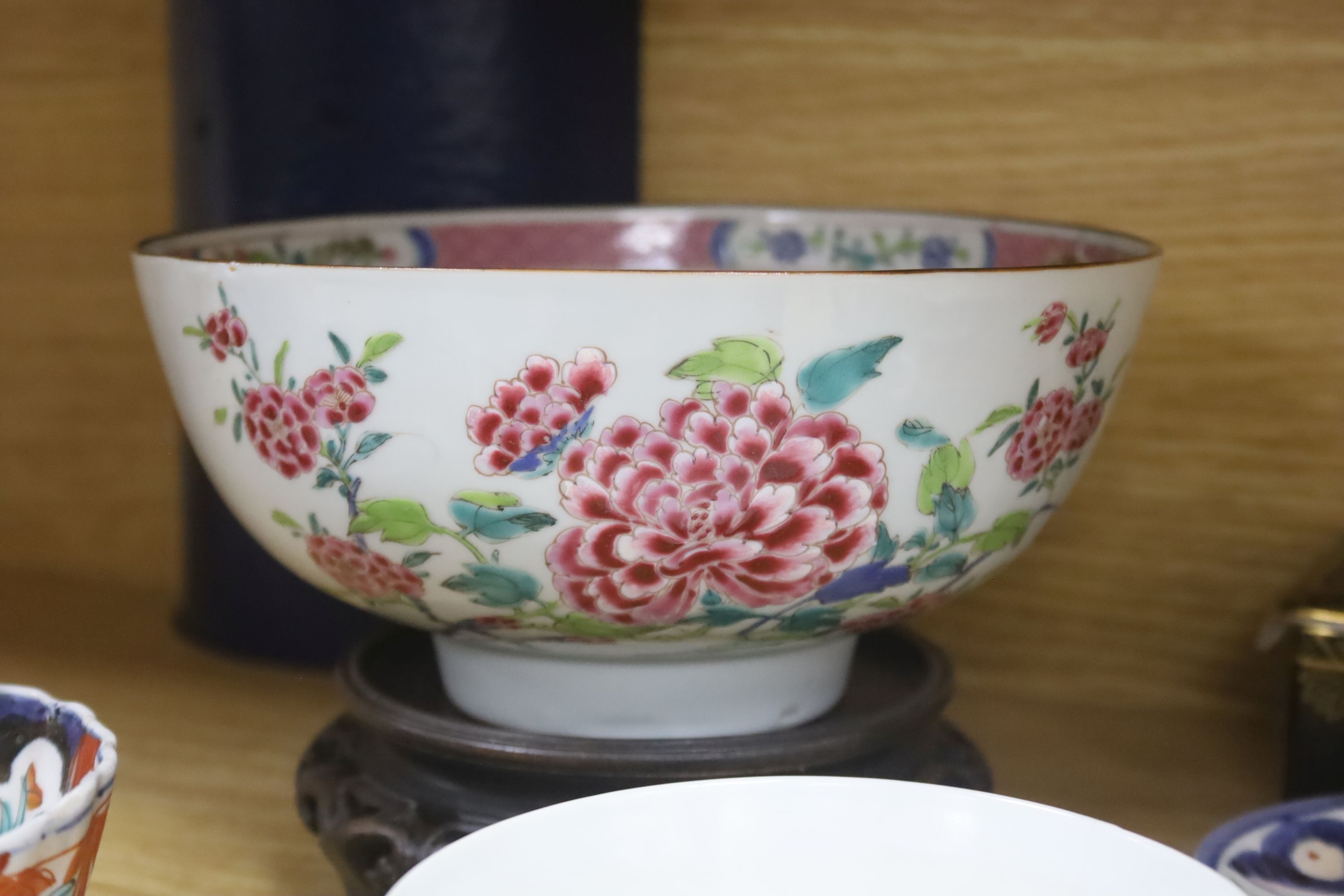 A collection of Chinese and Japanese ceramics,including a famille rose Export bowl on hardwood - Bild 9 aus 11