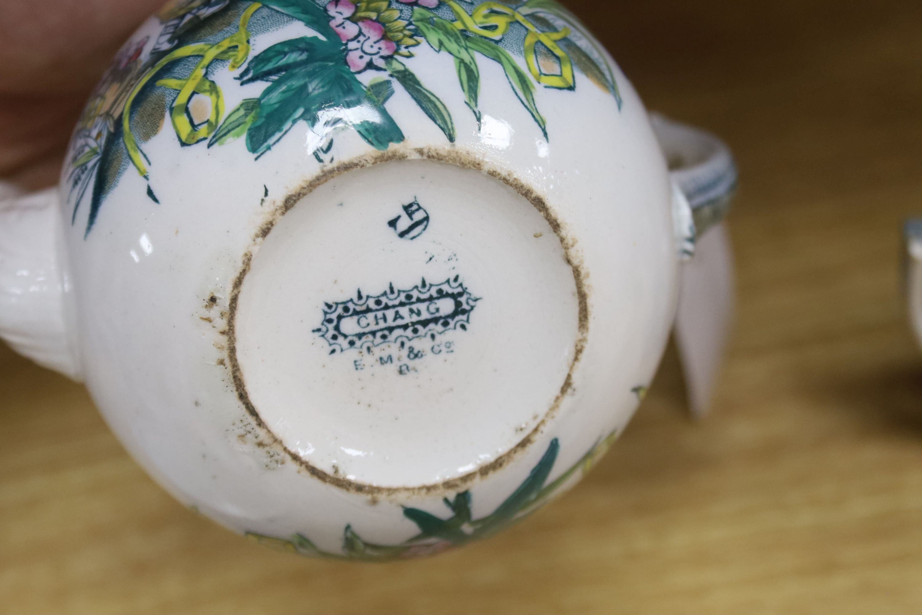 A small collection of English and Continental ceramics, including two 18th century tea bowlswith - Bild 7 aus 8