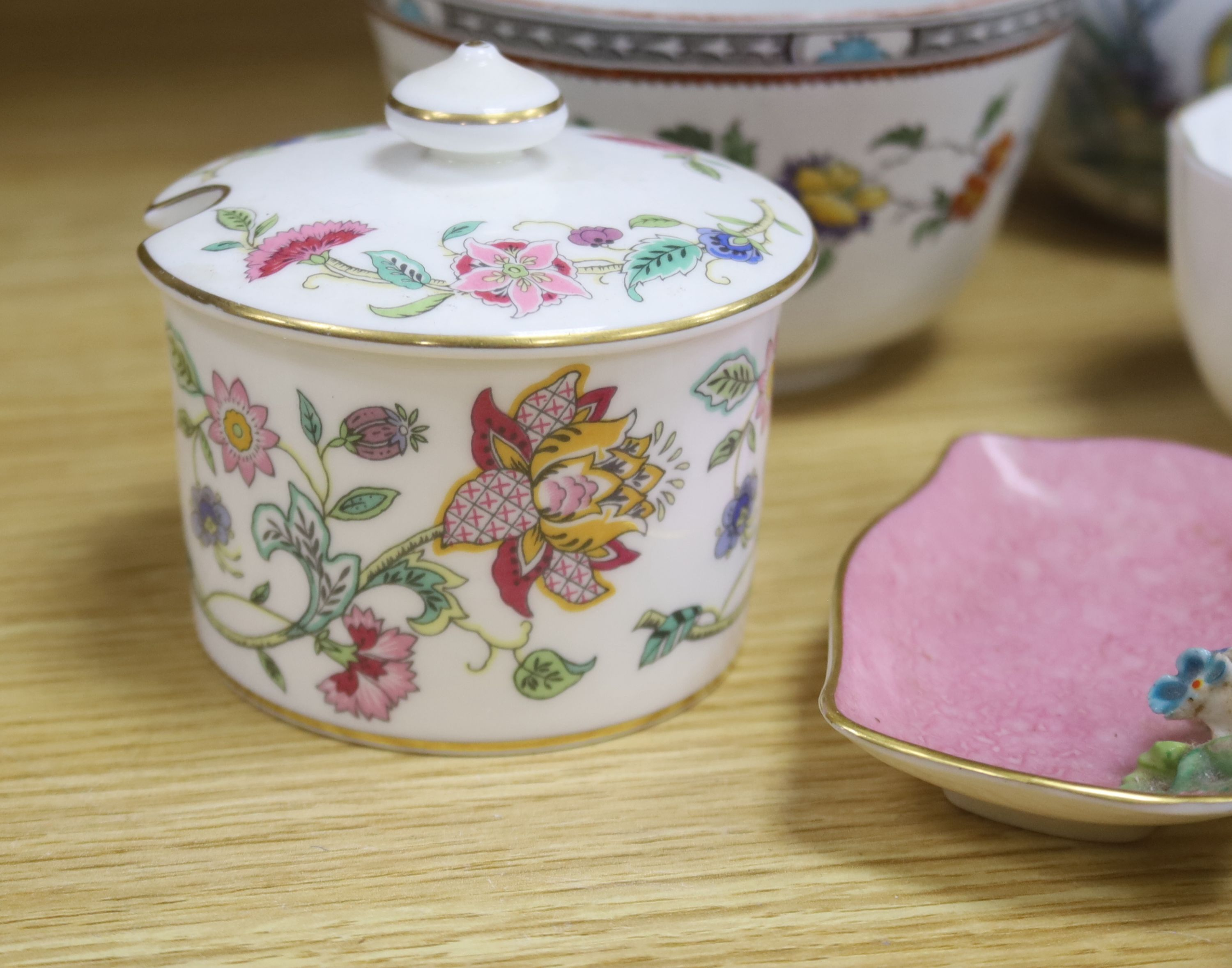 A small collection of English and Continental ceramics, including two 18th century tea bowlswith - Bild 3 aus 8