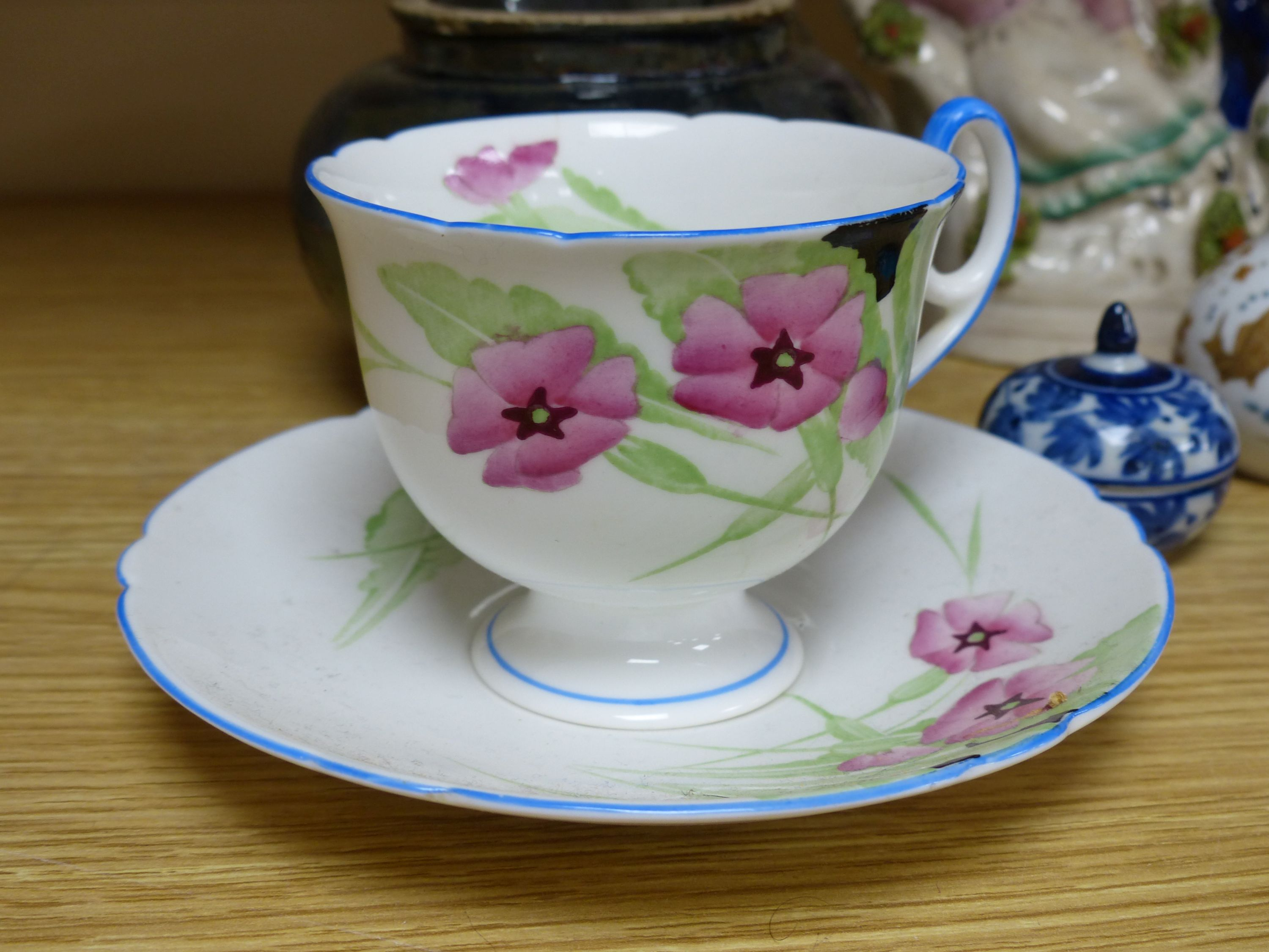A group of ceramics including a Shelley cup and saucer, a Staffordshire flatback, a Wedgwood - Bild 2 aus 5