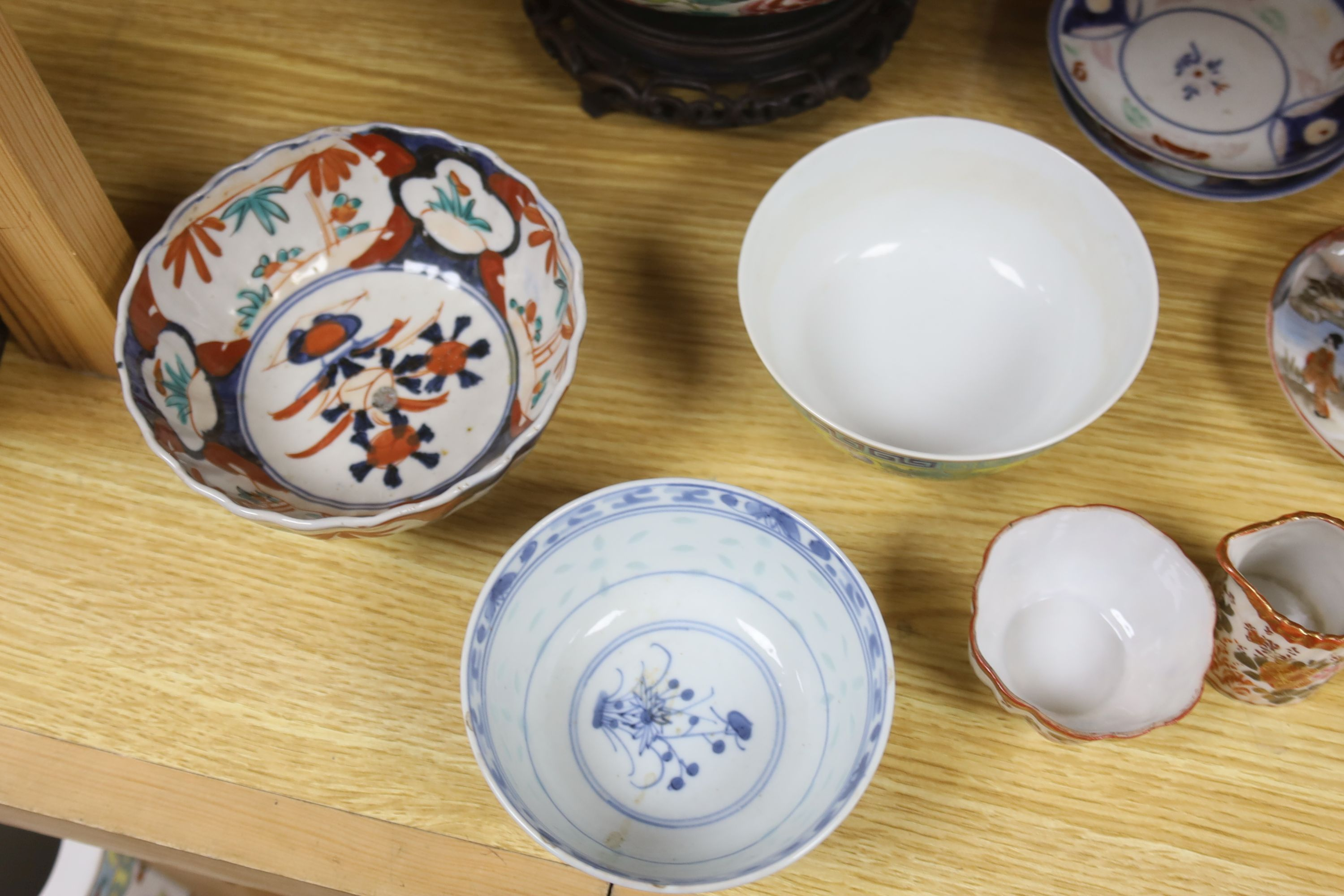 A collection of Chinese and Japanese ceramics,including a famille rose Export bowl on hardwood - Bild 7 aus 11
