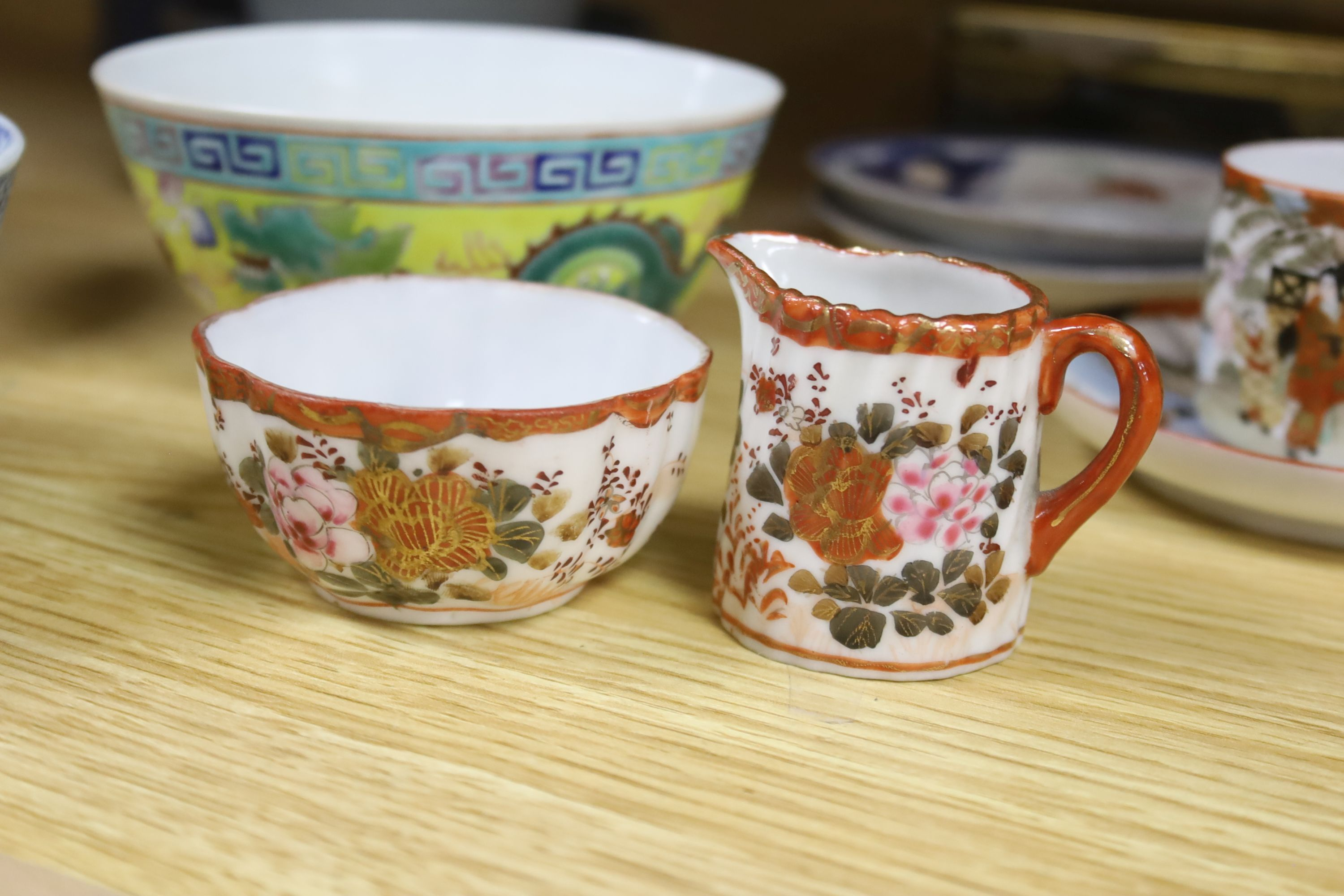 A collection of Chinese and Japanese ceramics,including a famille rose Export bowl on hardwood - Bild 5 aus 11
