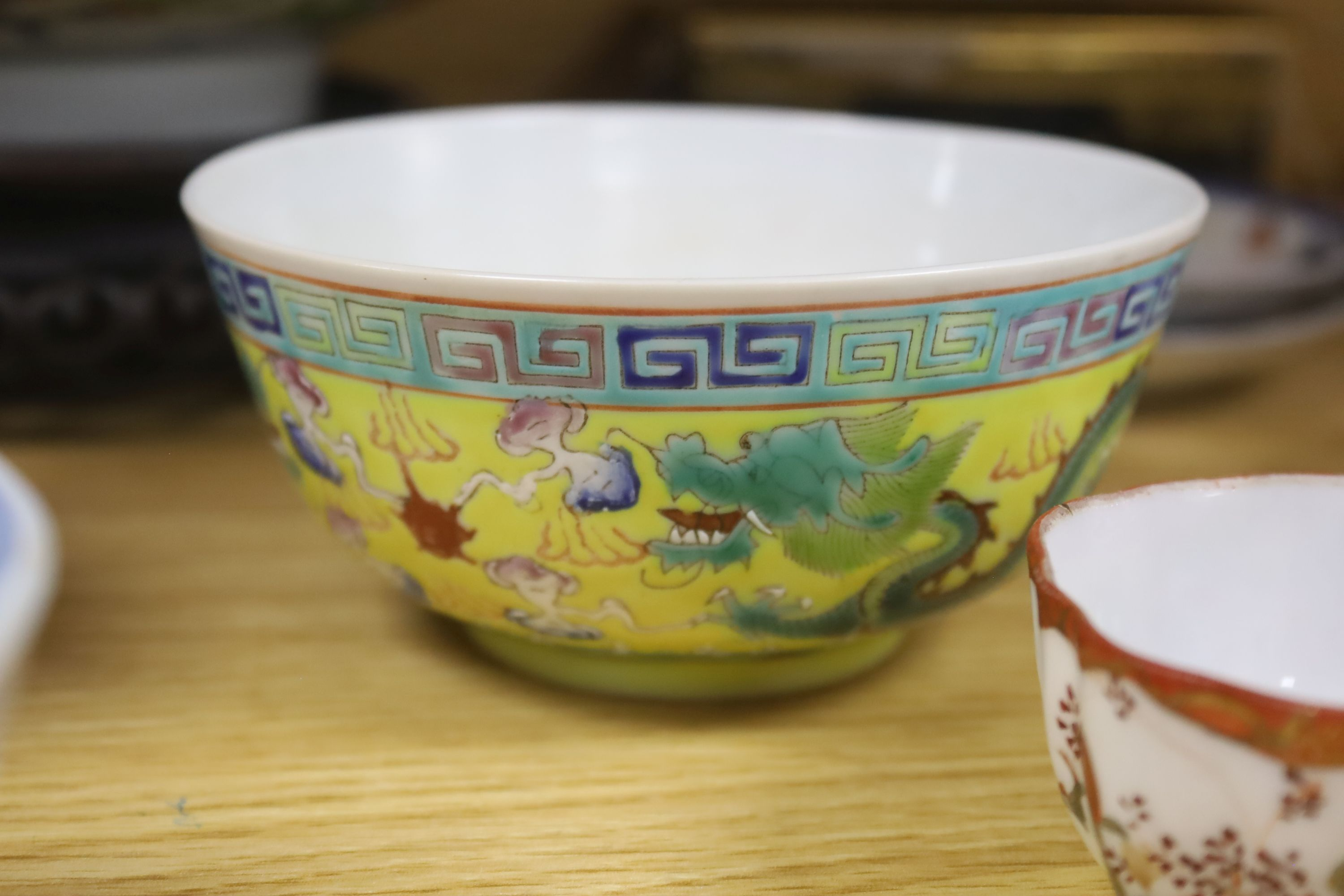 A collection of Chinese and Japanese ceramics,including a famille rose Export bowl on hardwood - Bild 8 aus 11