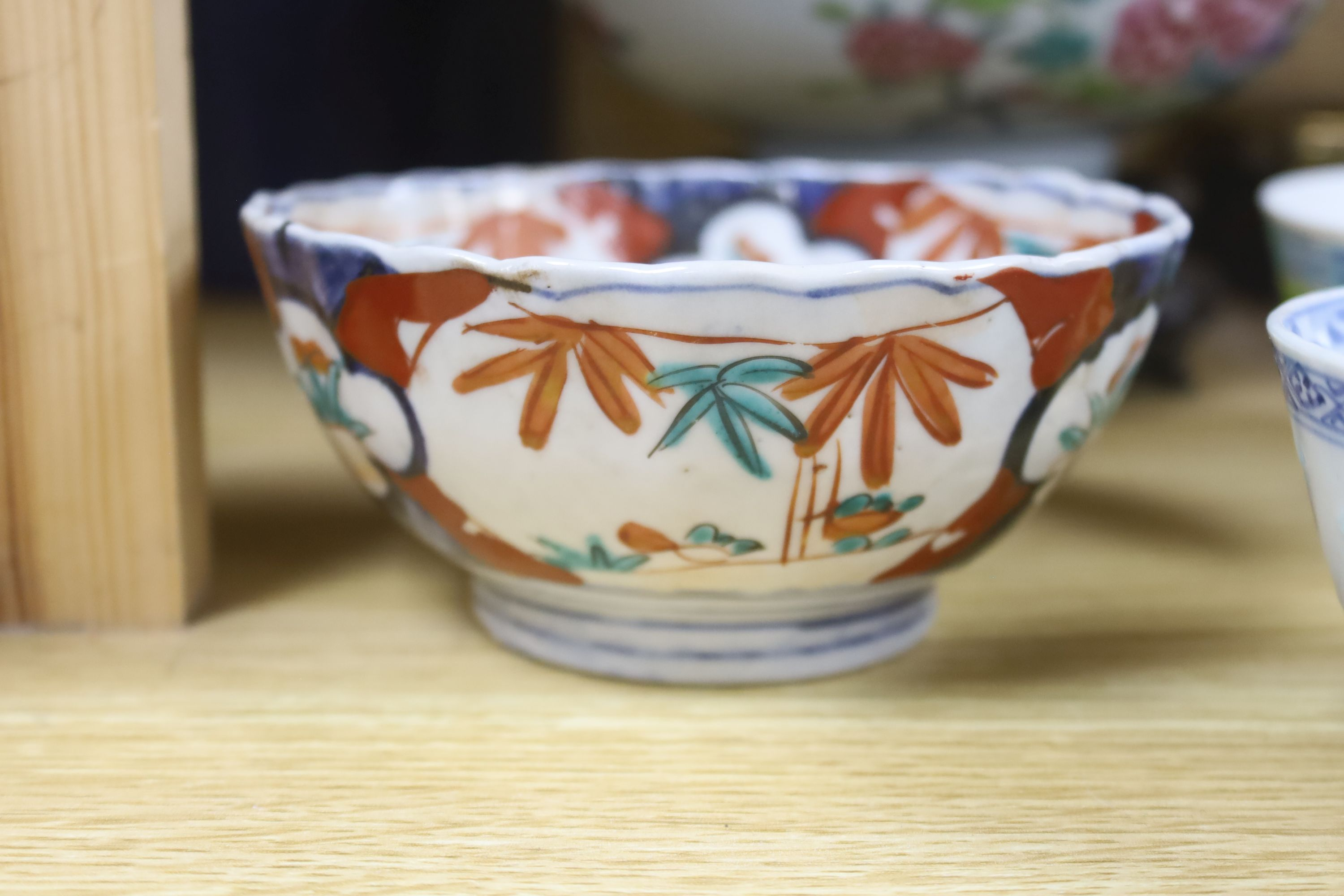 A collection of Chinese and Japanese ceramics,including a famille rose Export bowl on hardwood - Bild 6 aus 11