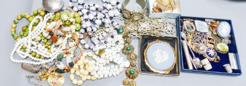 Assorted costume jewellery, including a malachite and coral set filigree bracelet.