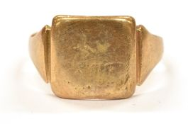 A 9CT GOLD SMALL SIGNET RING WITH SQUARE HEAD with initials, ring size O, weighing approx. 3.