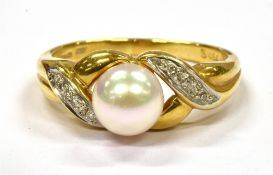 A MODERN SINGLE CULTURED PEARL SET 18CT GOLD RING with diamond set cross over shoulders, the