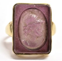 A GENT'S HALLMARKED 9CT GOLD STONE SET CAMEO RING The large rectangular purple glass with central