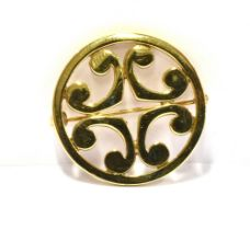 A MODERN SCOTTISH 9CT GOLD ORTAK BROOCH The circular Celtic design round brooch with C scroll