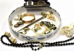 A COLLECTION OF 1920'S TO 1950'S COSTUME JEWELLERY to include a diamond set yellow metal bar