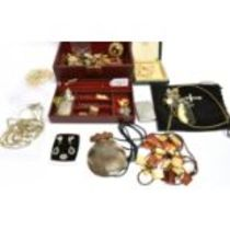 A COLLECTION OF JEWELLERY to include an Edwardian silver vesta, embossed with foliate scroll and