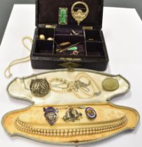 A GOOD COLLECTION OF EARLY TO MID 20TH CENTURY JEWELLERY comprising a small unmarked gold brooch,