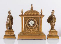 Trittico in bronzo dorato composto da orologio e due sculture, Francia, XIX secolo.