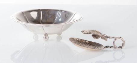 Italia - XX secolo, Lotto composto da ciotolina polilobata e pinza a foglia di vite in argento.